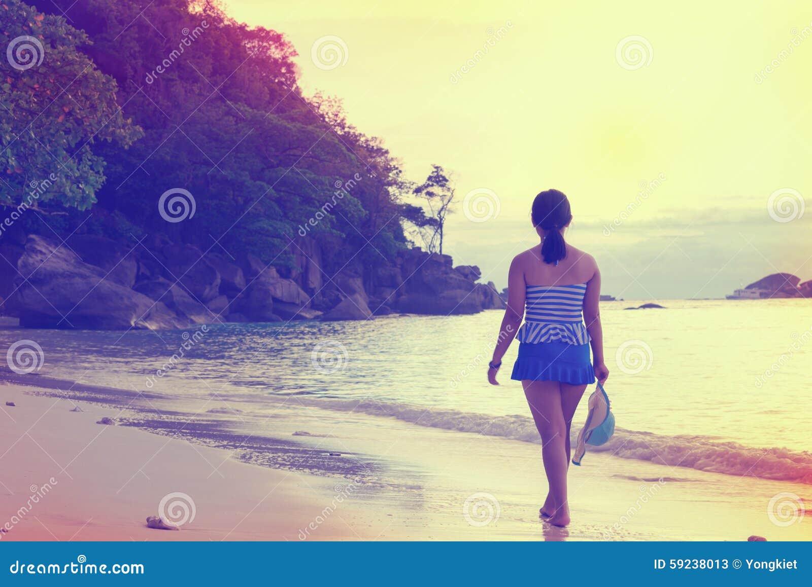 Download Muchacha Turística Que Camina En El Estilo Del Vintage De La Playa Imagen de archivo - Imagen de paisaje, hermoso: 59238013