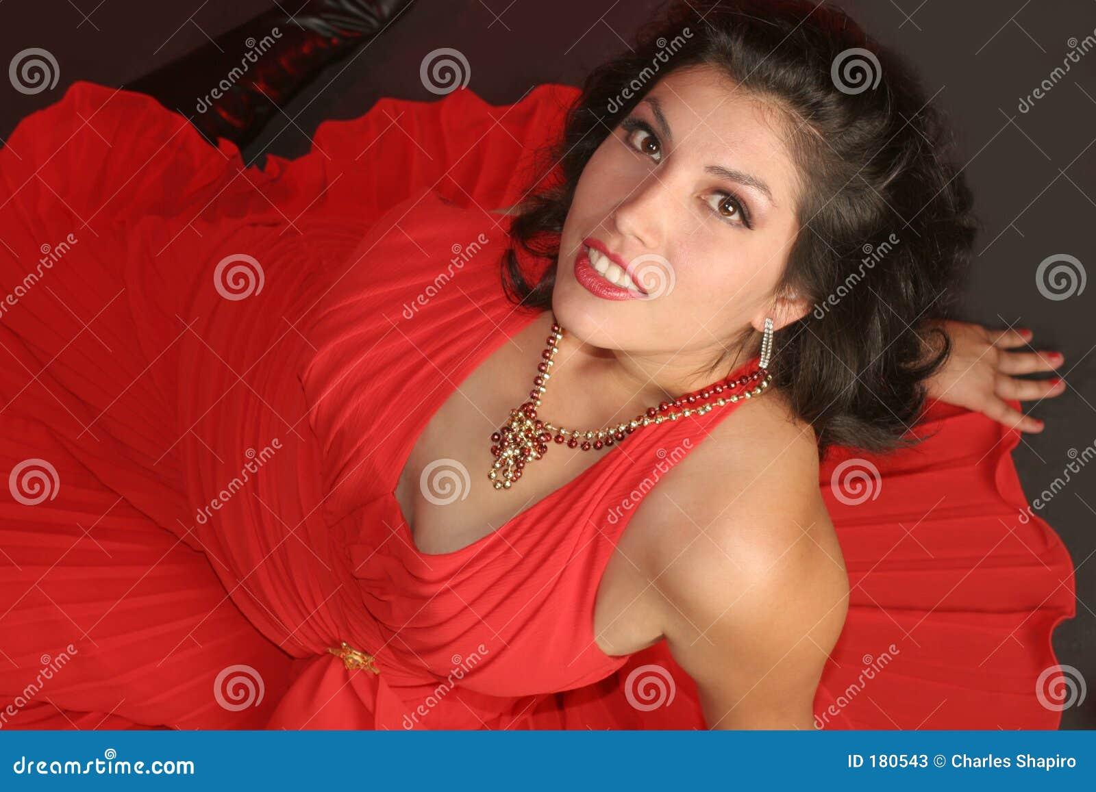 Muchacha voluptuosa en rojo
