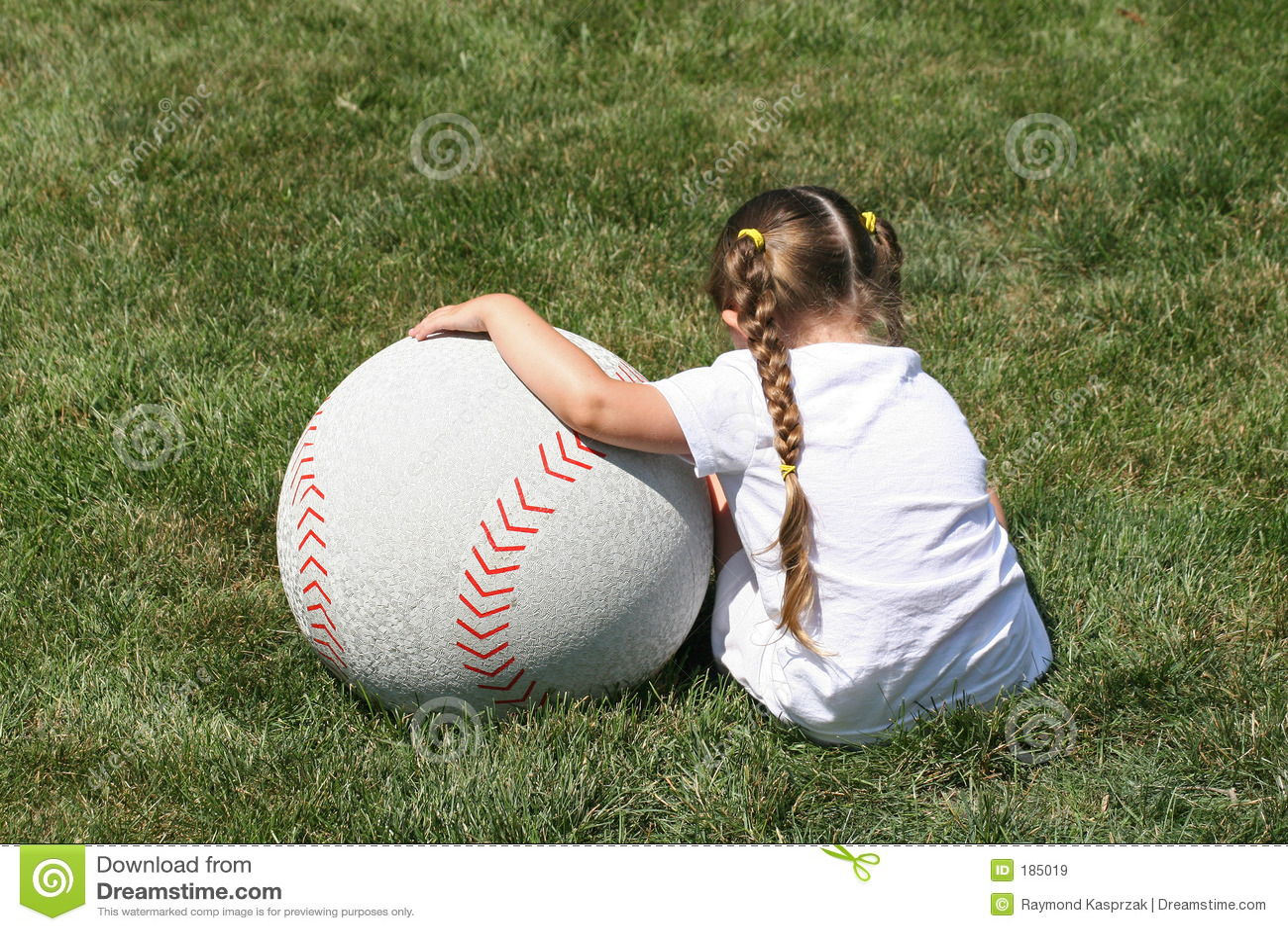 Muchacha y béisbol grande