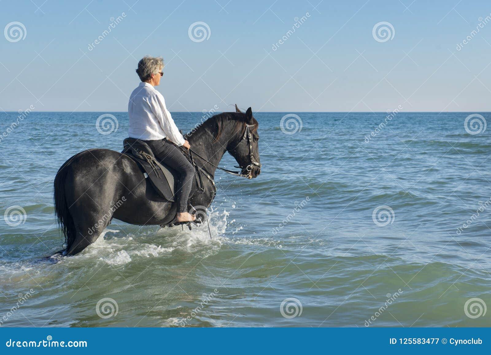 Muchacha y caballo del montar a caballo