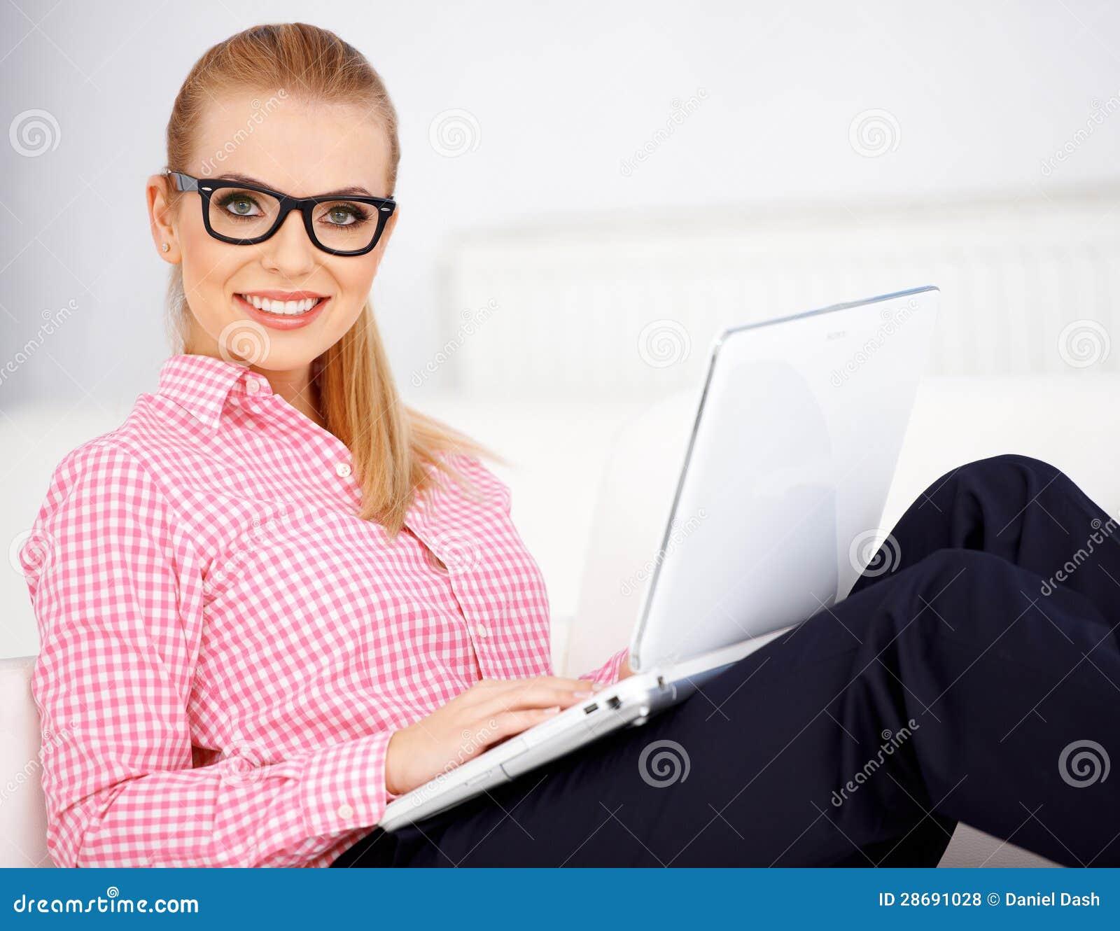 Muchacha y computadora portátil