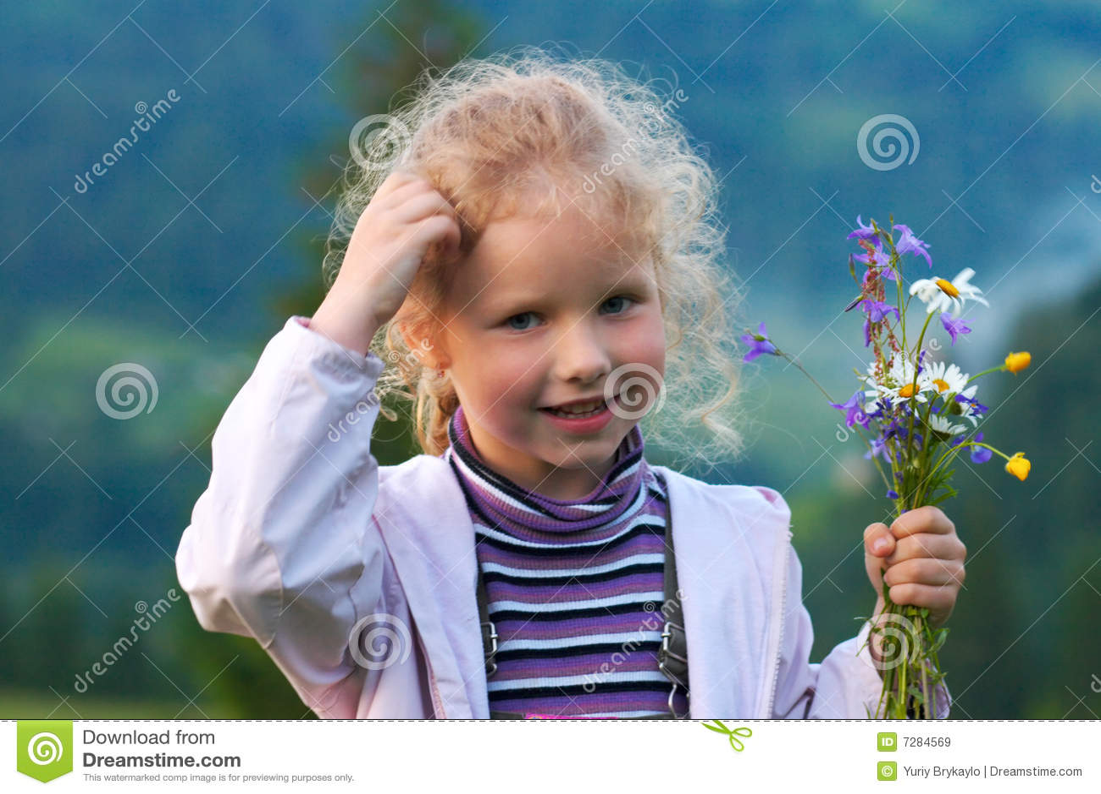 Muchacha y wildflowers