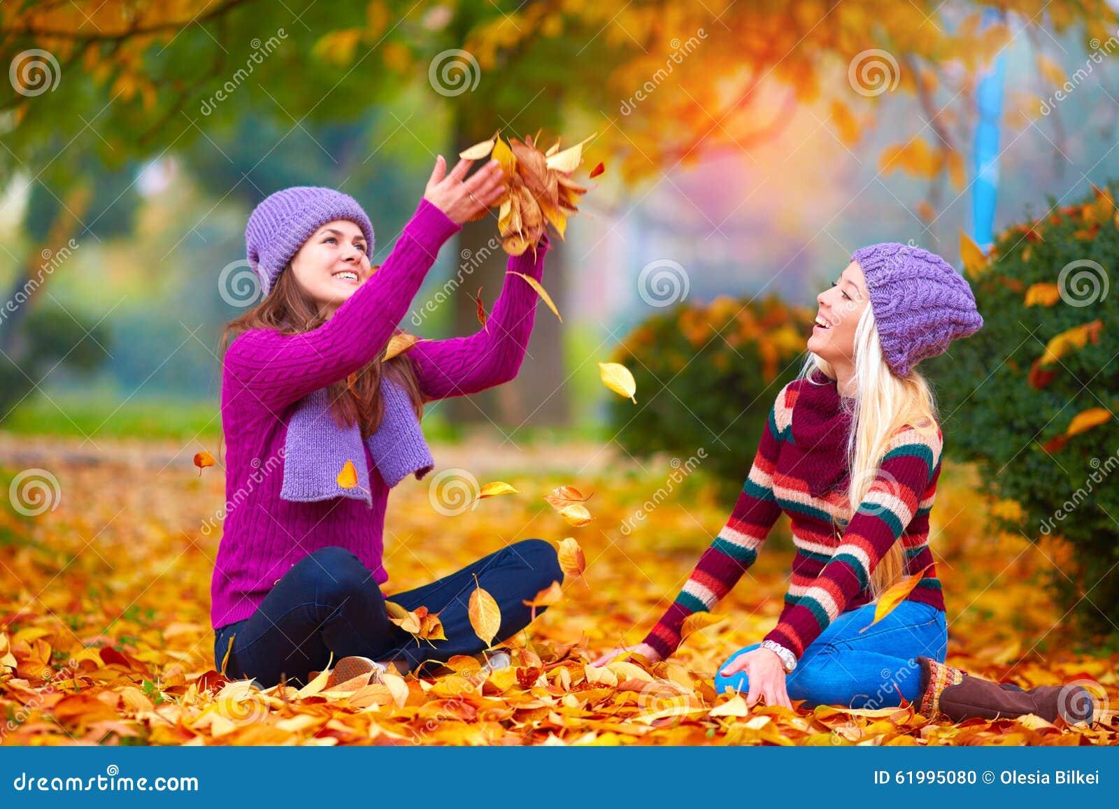 Muchachas bonitas amigos que se divierten en el parque - Fotos bonitas de otono ...