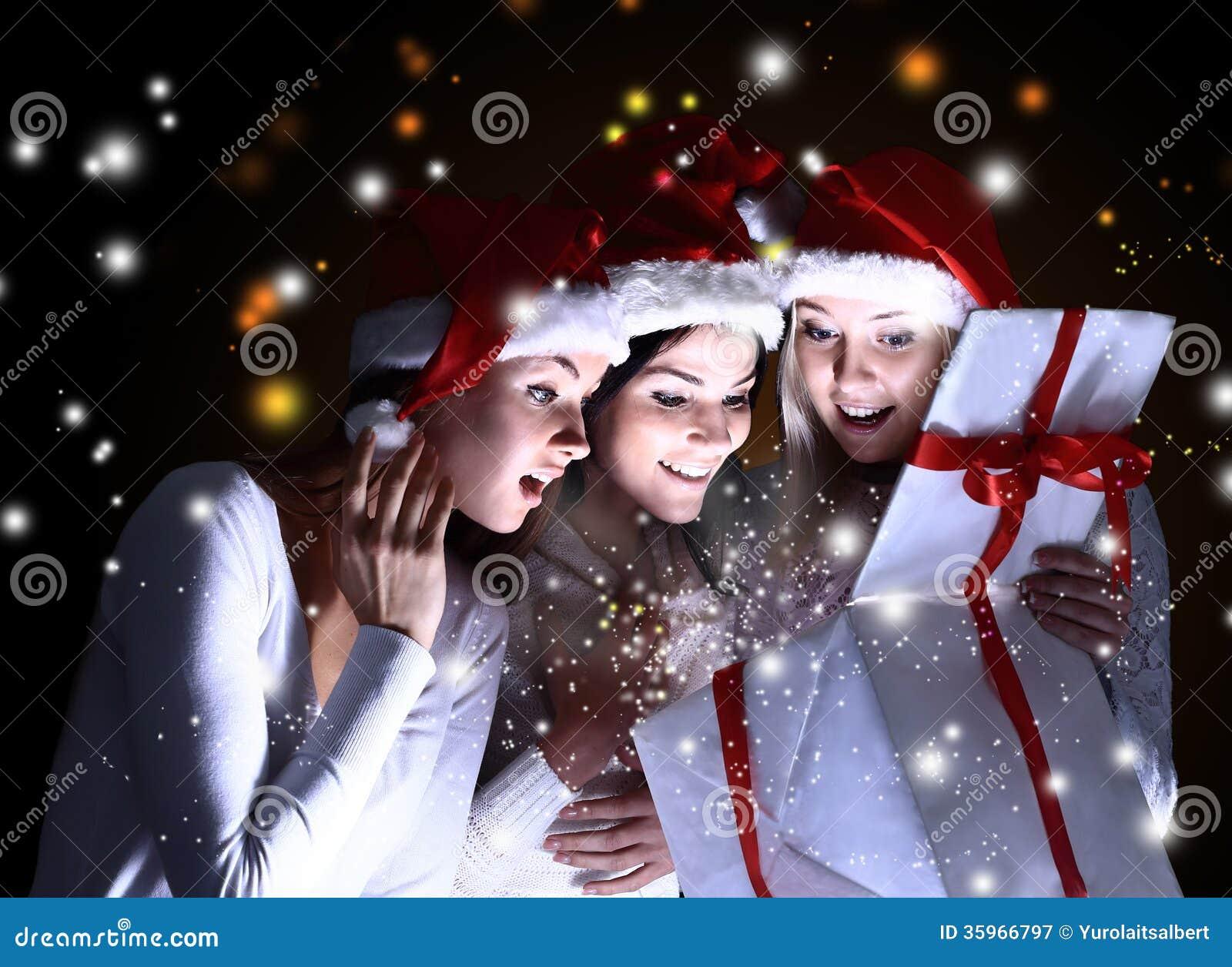 Muchachas con un regalo del Año Nuevo