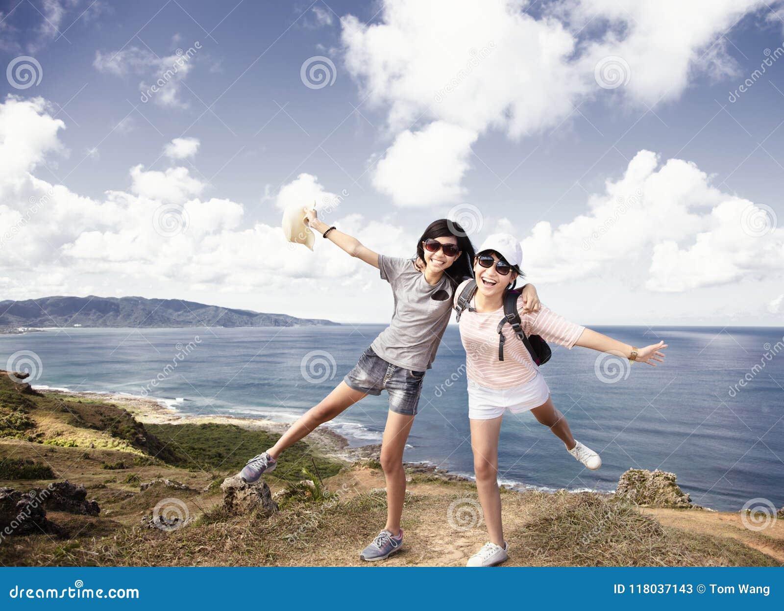 Muchachas del adolescente que se divierten con vacaciones de verano