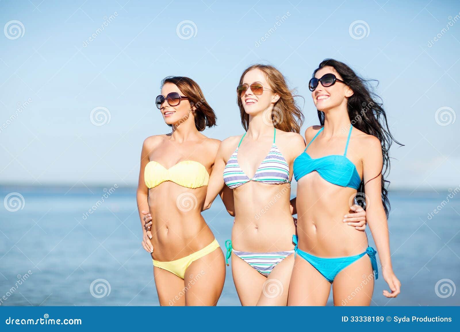 Muchachas En Bikini Que Caminan En La Playa Imagen De