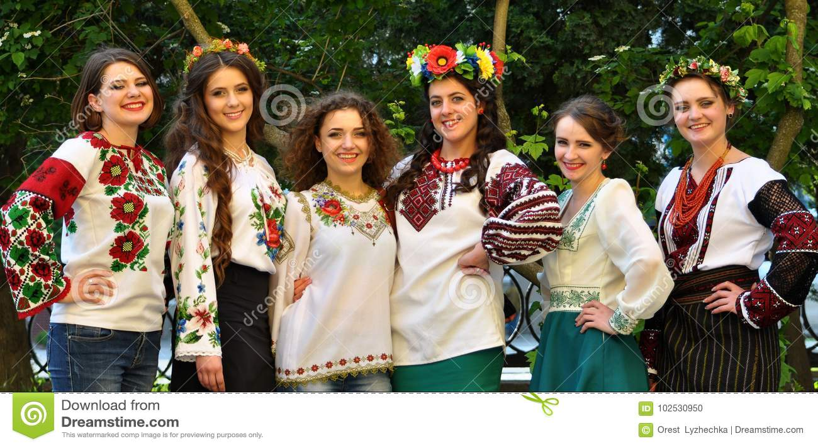 Muchachas en bordado ucraniano