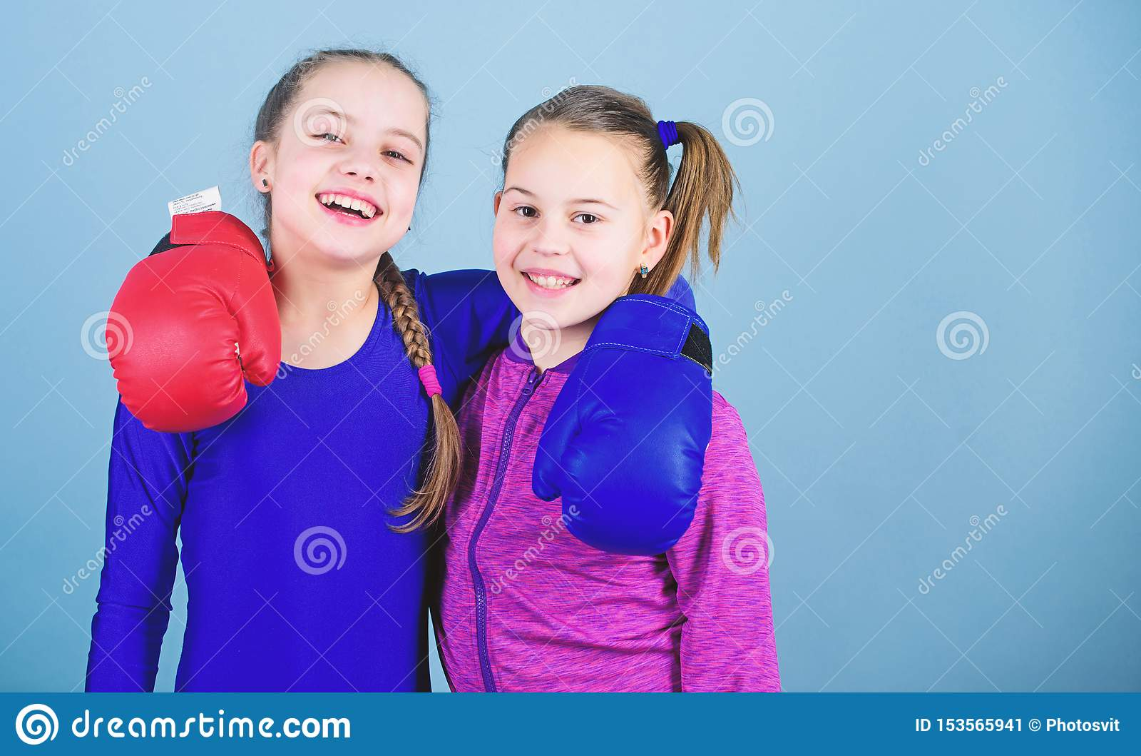 Muchachas en deporte del boxeo Ni?os del boxeador en guantes de boxeo Adolescencias confiadas Boxeadores de sexo femenino El boxe