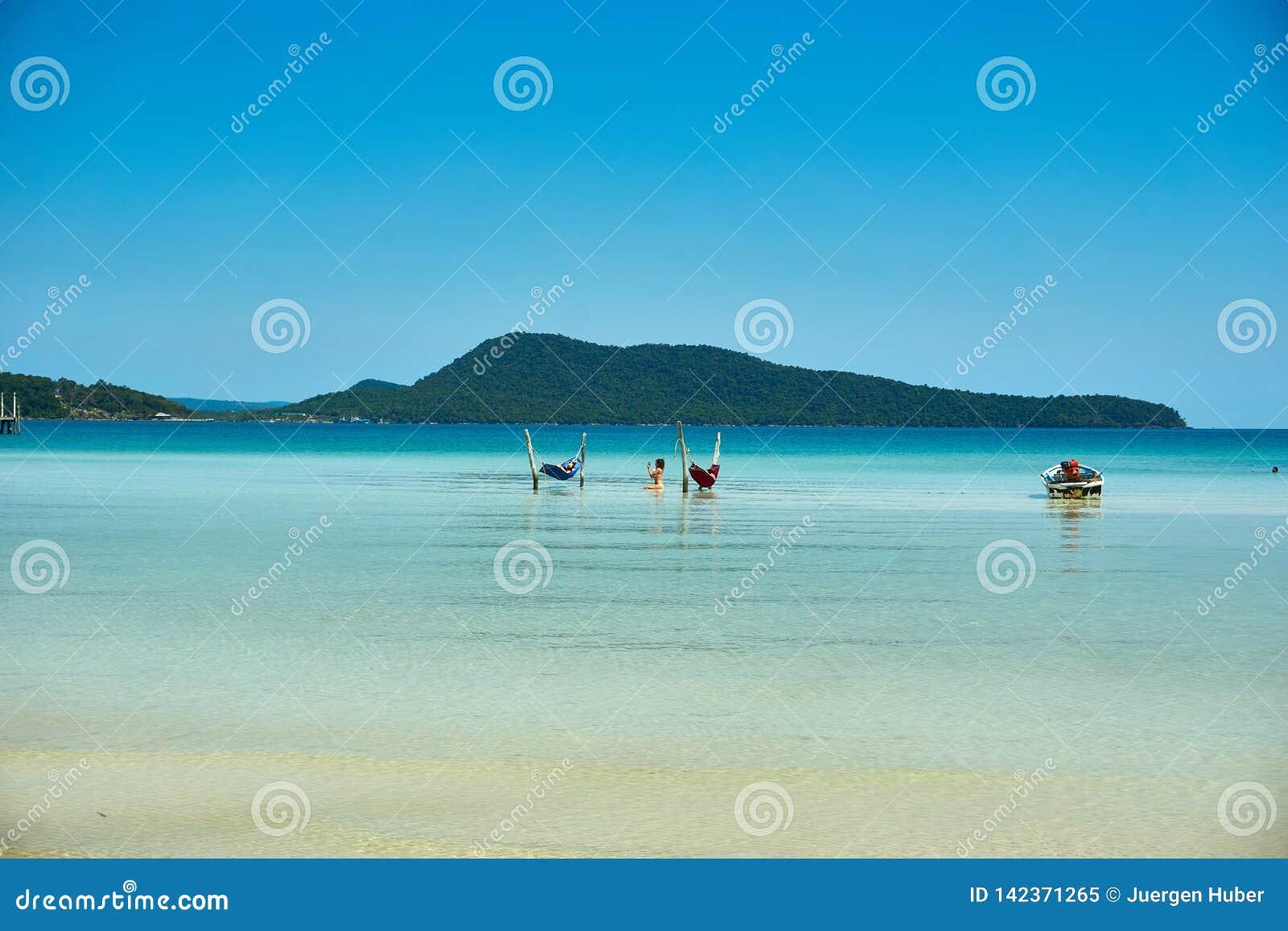 Muchachas en hamaca en la playa en el día de verano soleado agradable r Camboya, Asia
