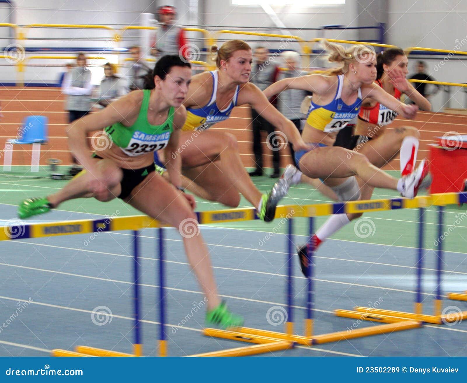 Muchachas en la carrera de vallas imagen de archivo for Imagen de vallas