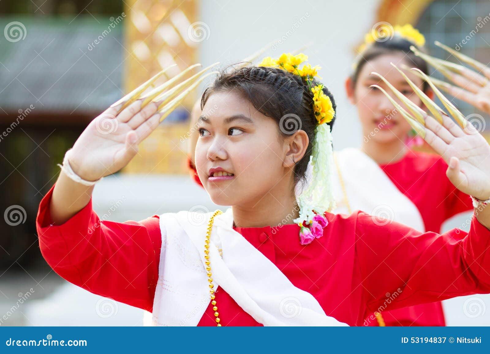 Muchachas en traje tradicional tailandés