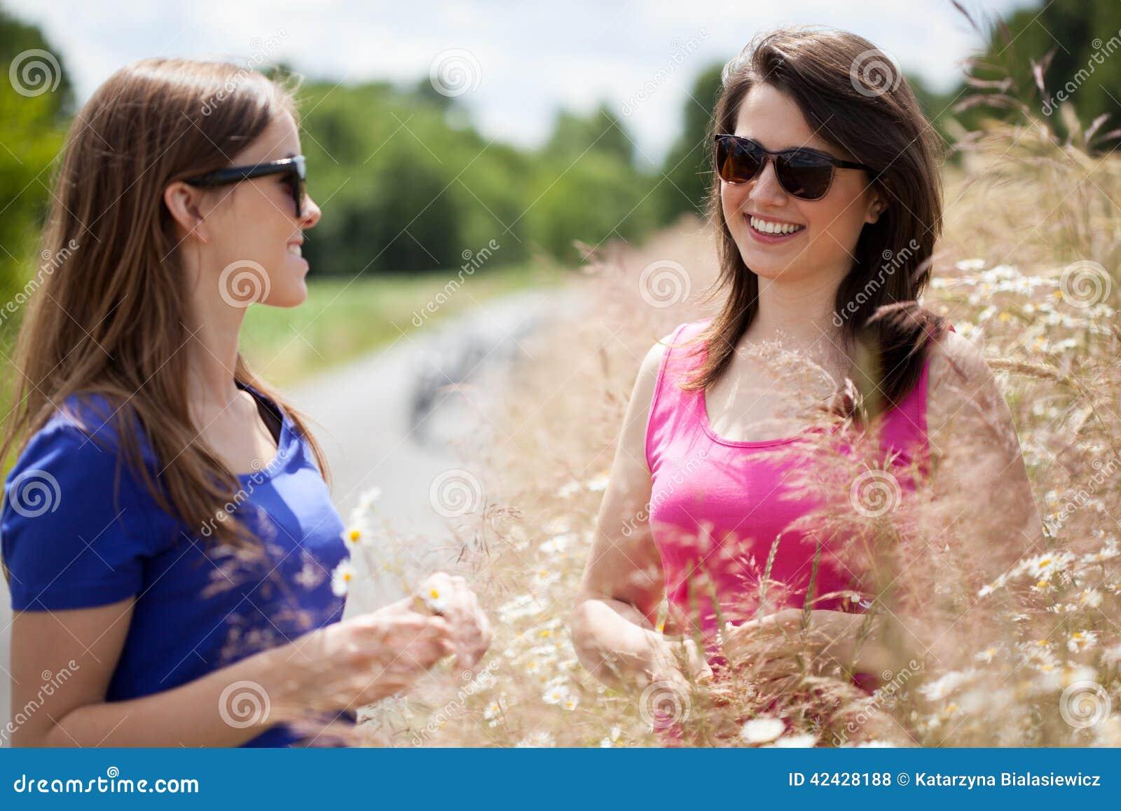 Muchachas entre las flores en un prado
