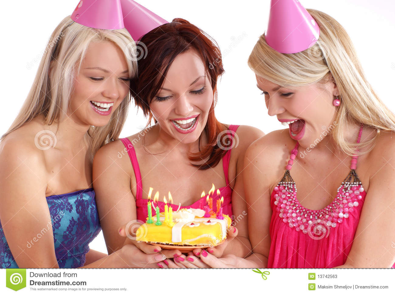 Muchachas felices que tienen una fiesta de cumpleaños