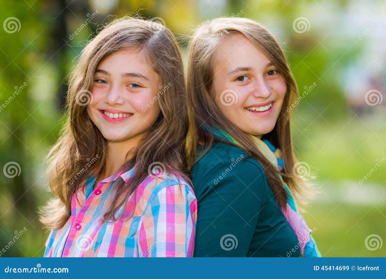 Muchachas felices sonrientes del adolescente que se divierten