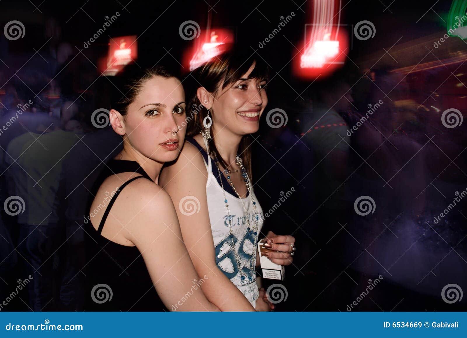 Muchachas hacia fuera partying cerca
