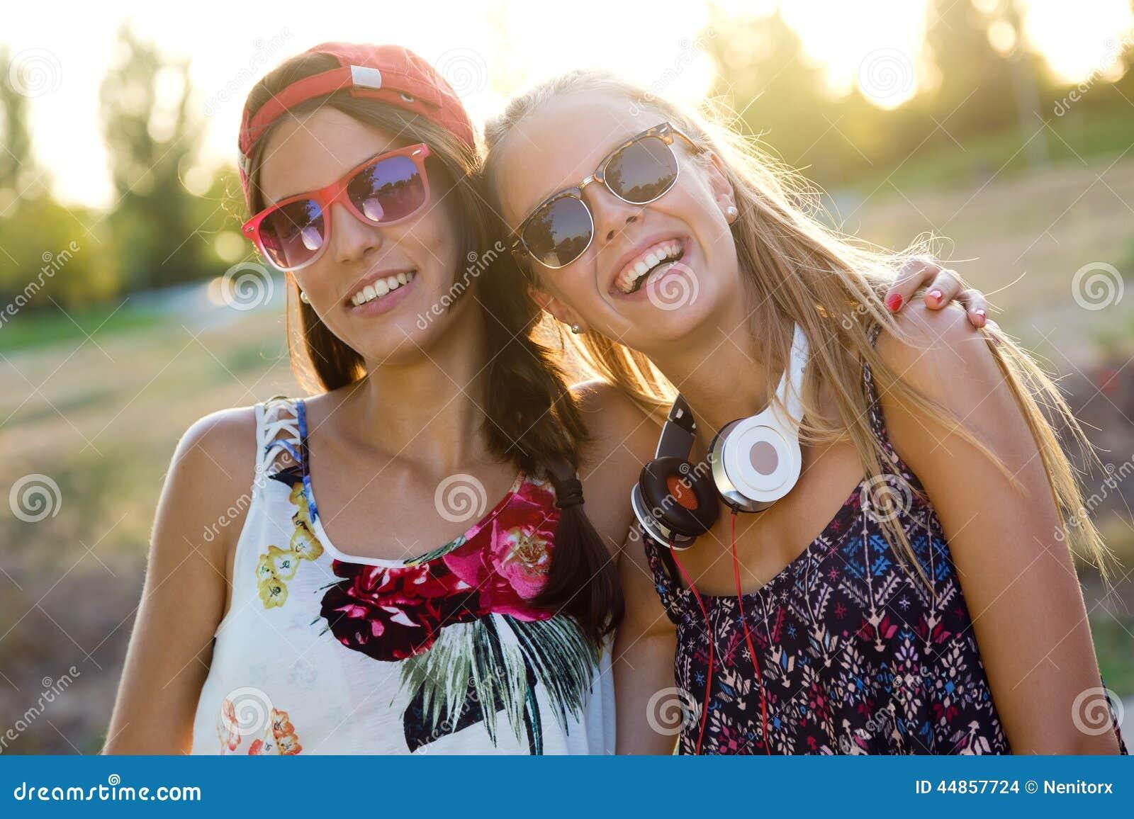 Muchachas hermosas jovenes que se divierten en el parque