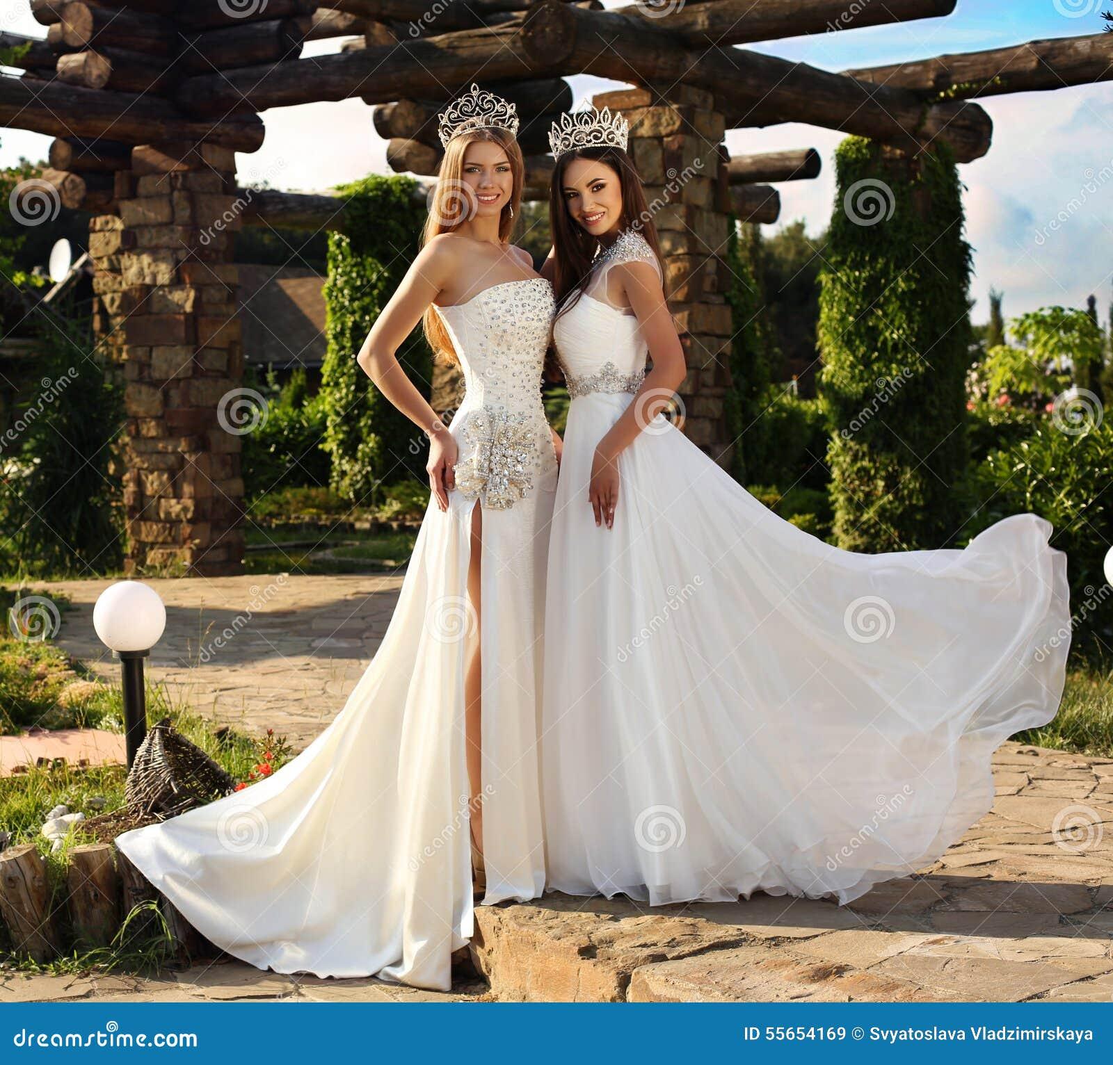 Hermosas Los La Corona Vestidos Llevan Muchachas Elegantes Y Que WbeIYEDH92