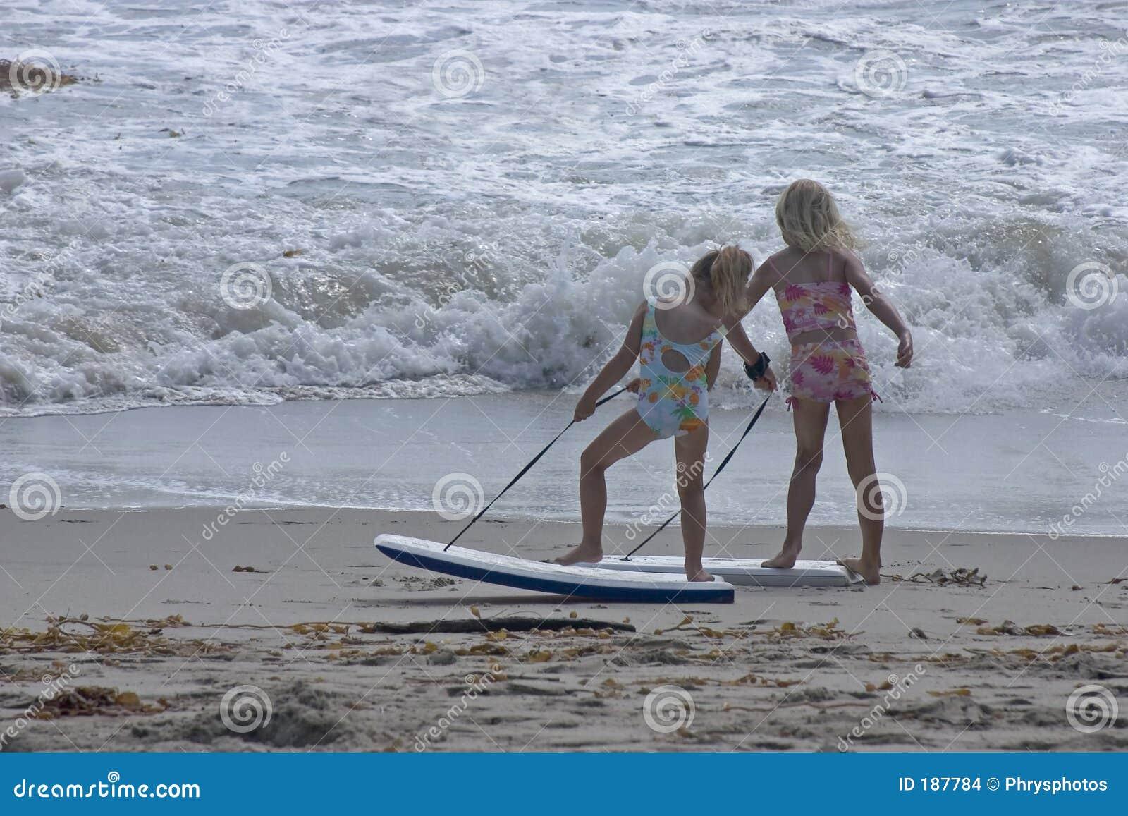 Muchachas lindas en la playa