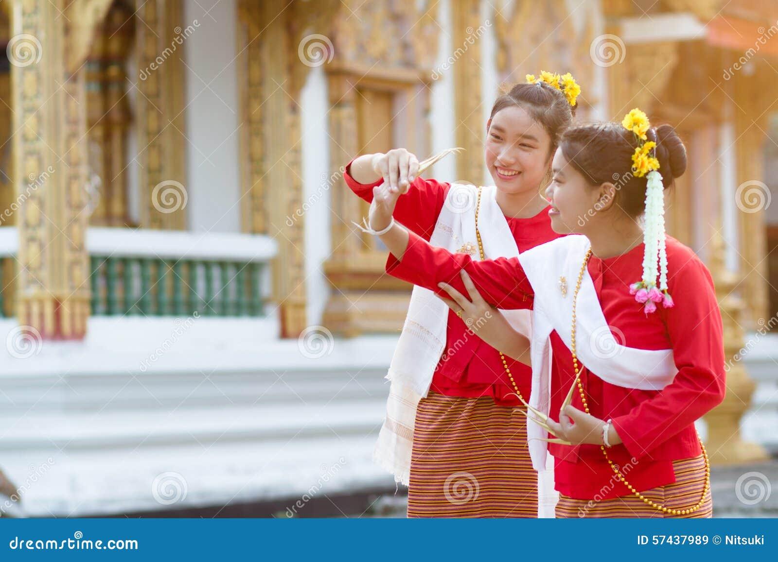 Muchachas lindas en traje tailandés de la tradición
