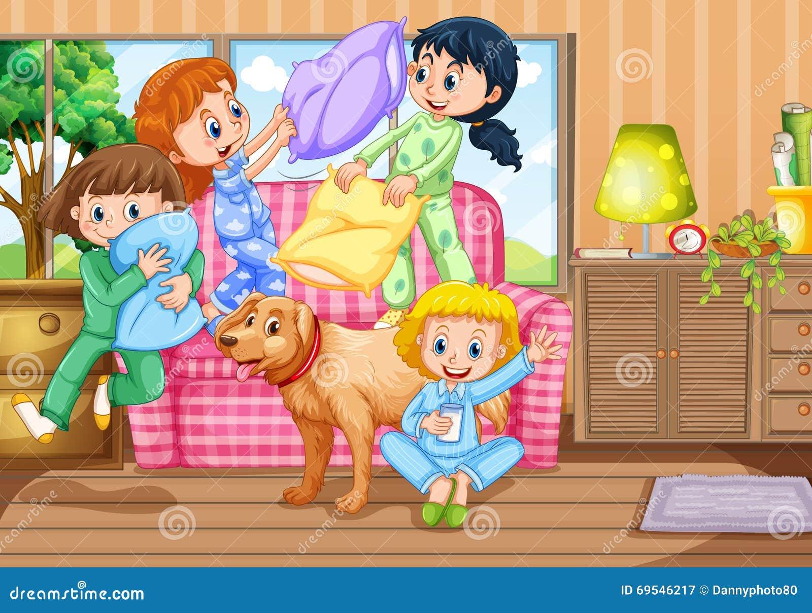 db5038ef4d Muchachas que juegan lucha de almohada en el ejemplo de la fiesta de pijamas