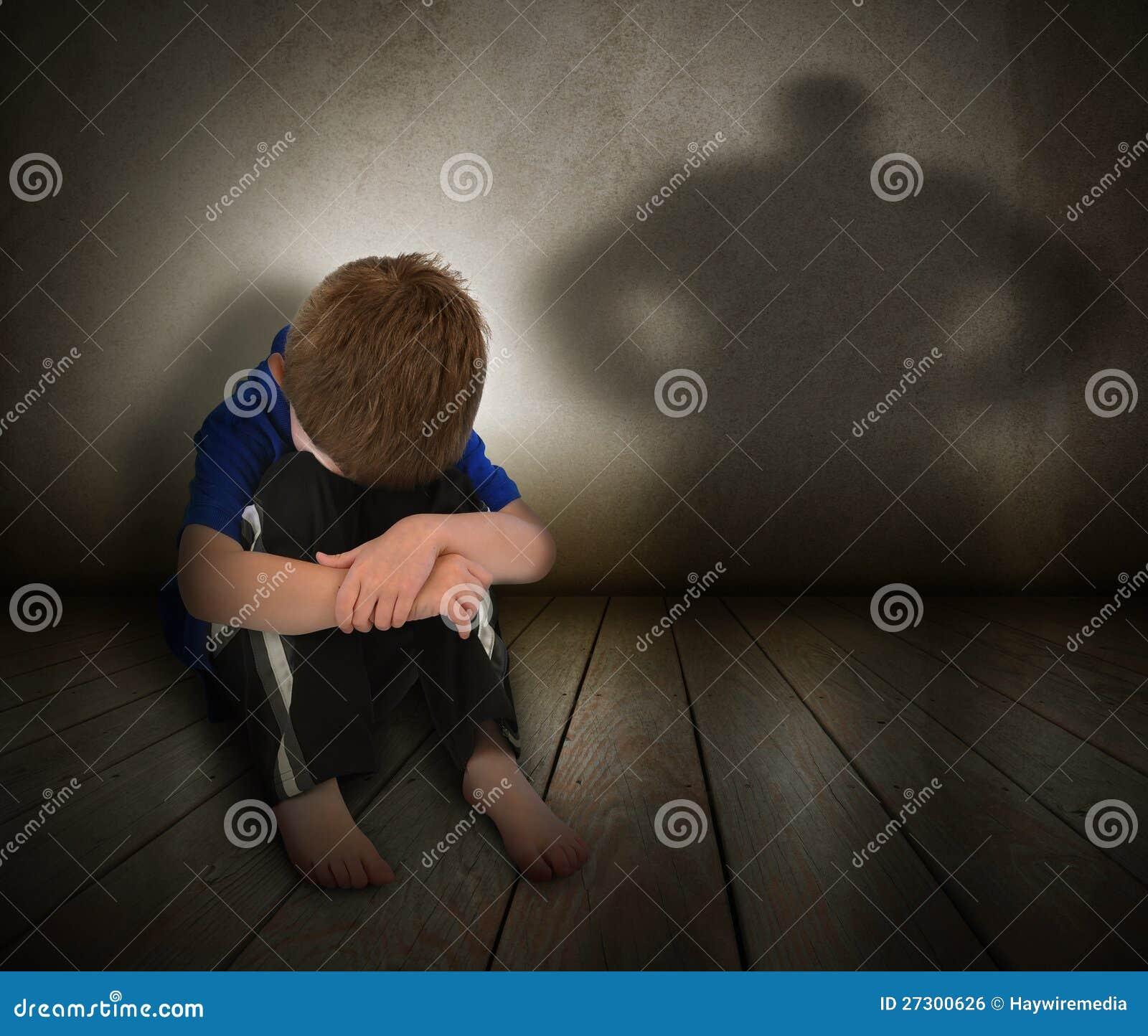 Muchacho abusado triste con la sombra de la cólera