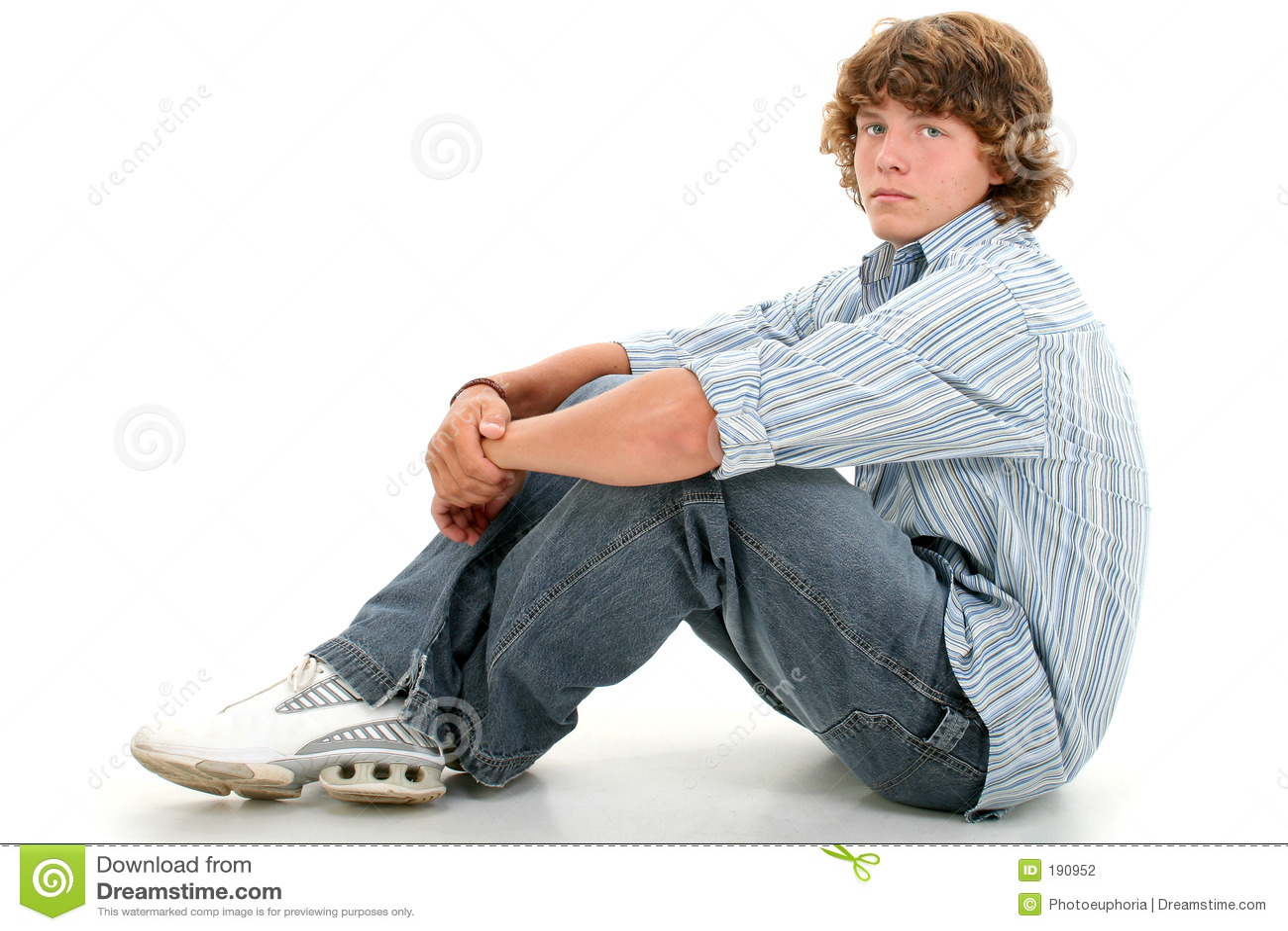 Muchacho adolescente atractivo de dieciséis años en ropa ocasional sobre pizca