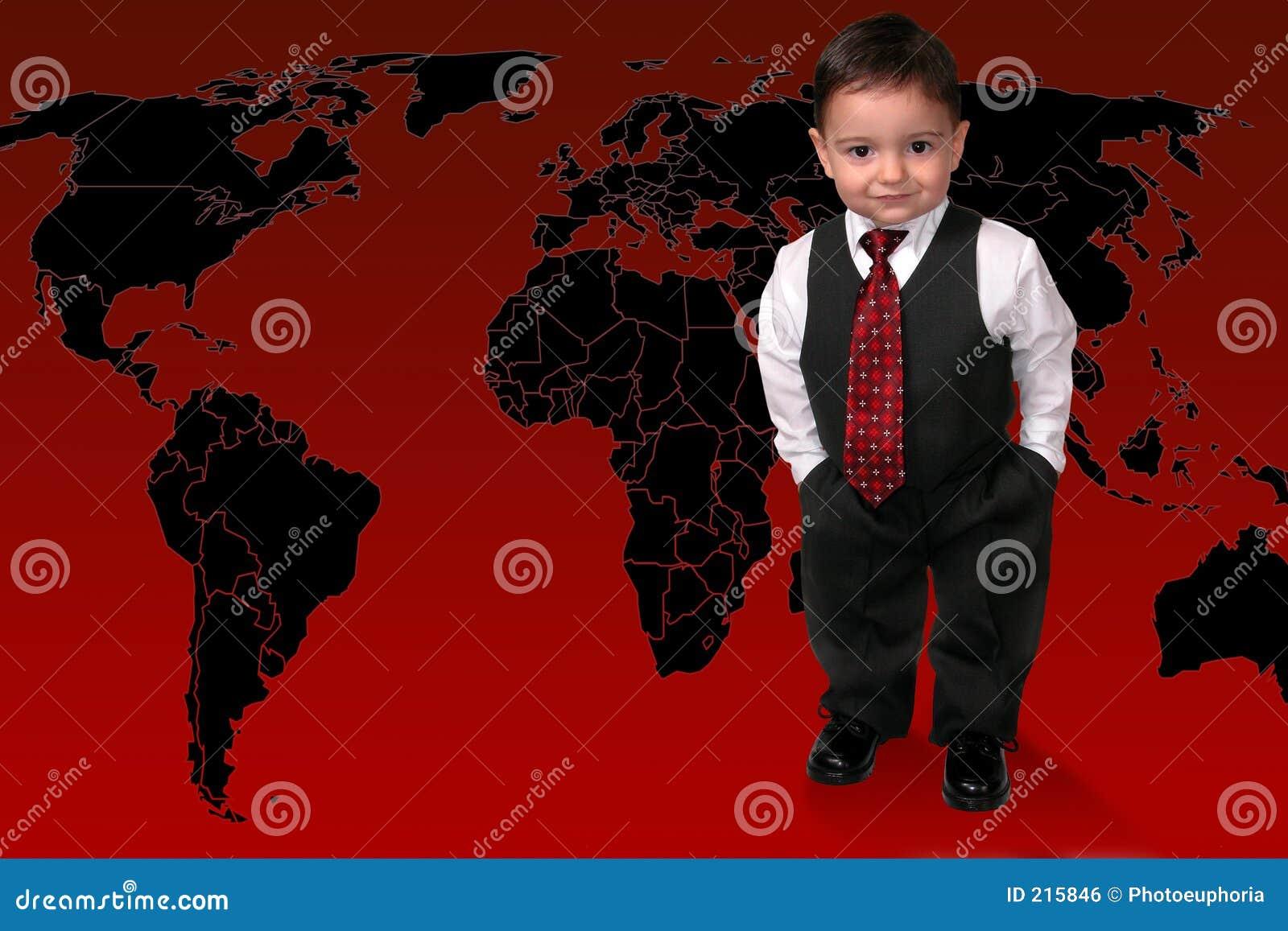 Muchacho adorable del niño en el juego que se coloca en el mundo