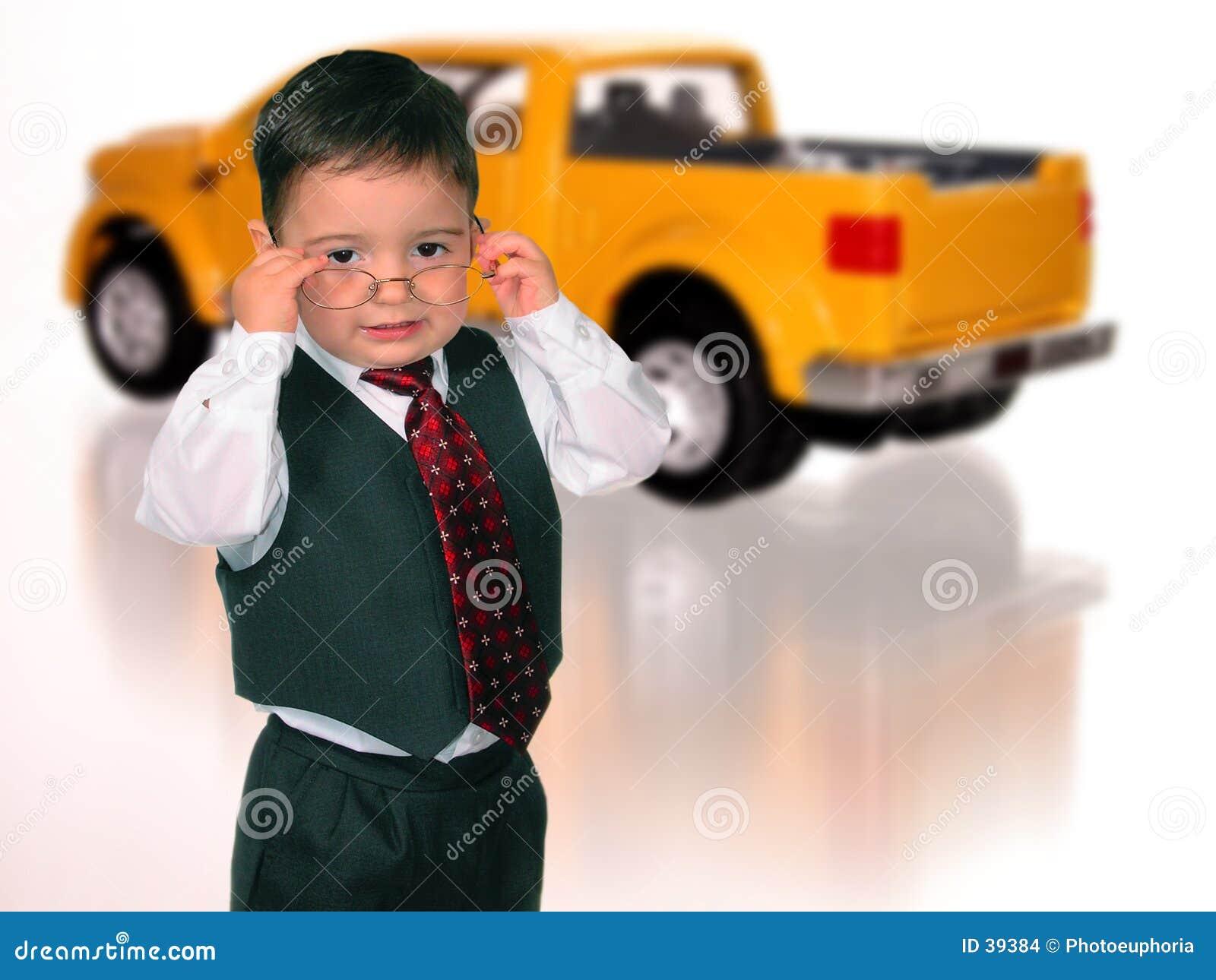 Muchacho adorable en el juego (vendedor de coche)