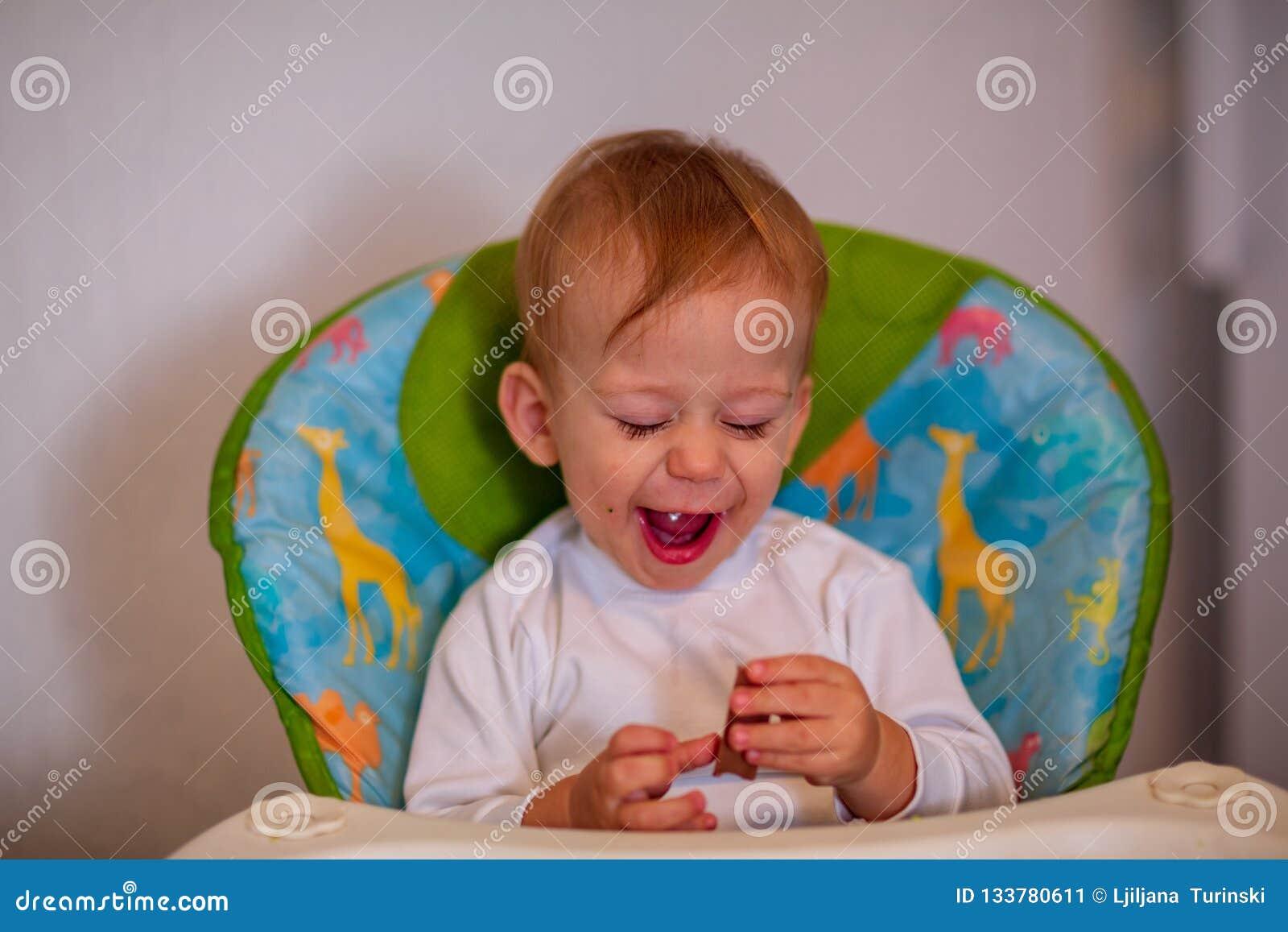 Muchacho adorable feliz que come el chocolate delicioso