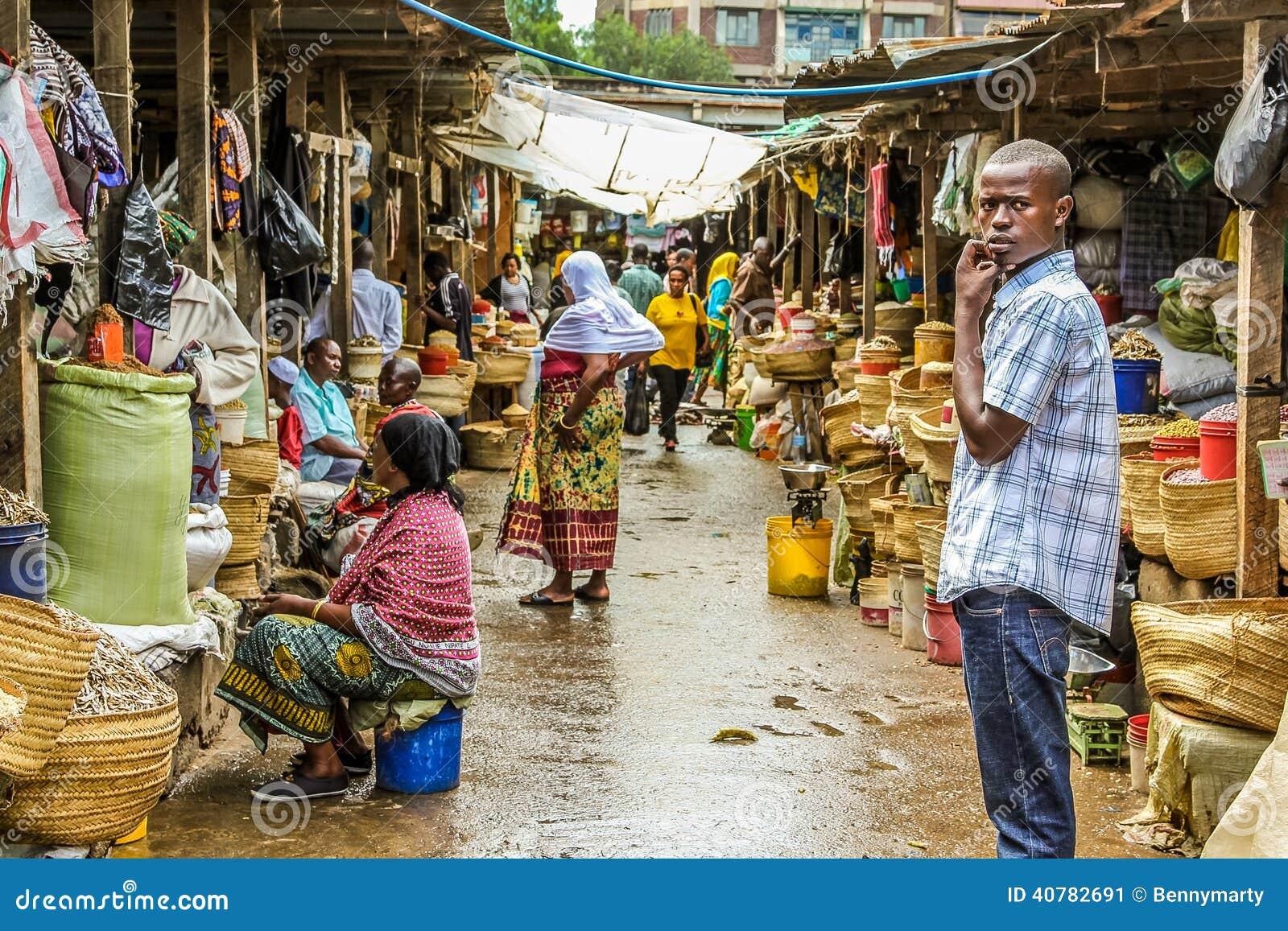 Muchacho africano en el mercado en Arusha