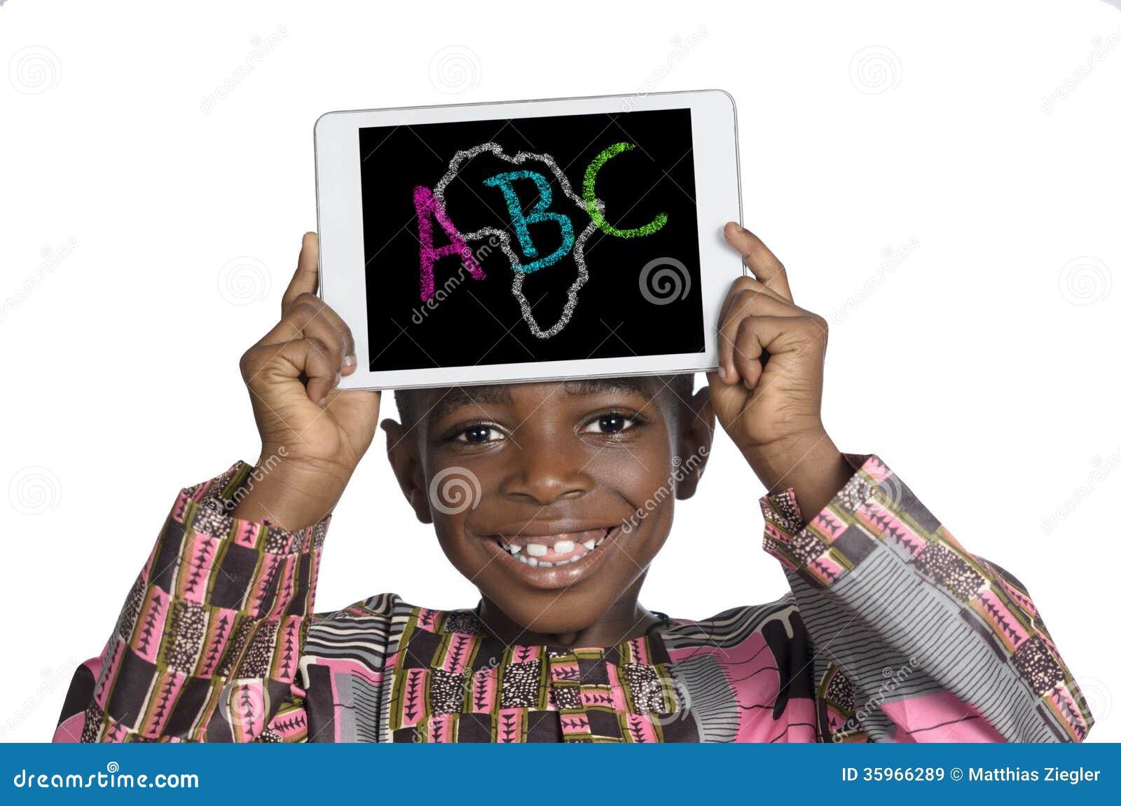 Muchacho africano que sostiene la PC de Minitablet, ejemplo de ABC