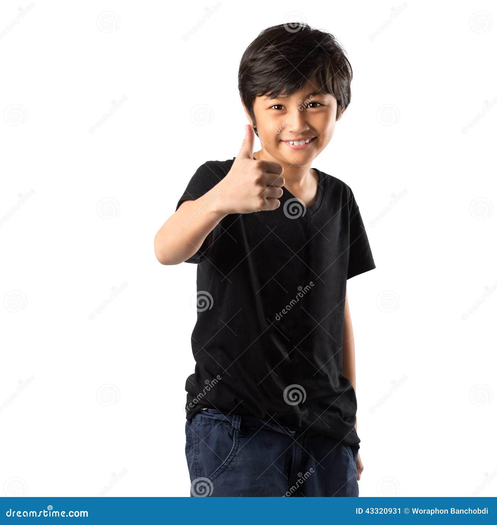 Muchacho asiático feliz que muestra el pulgar para arriba