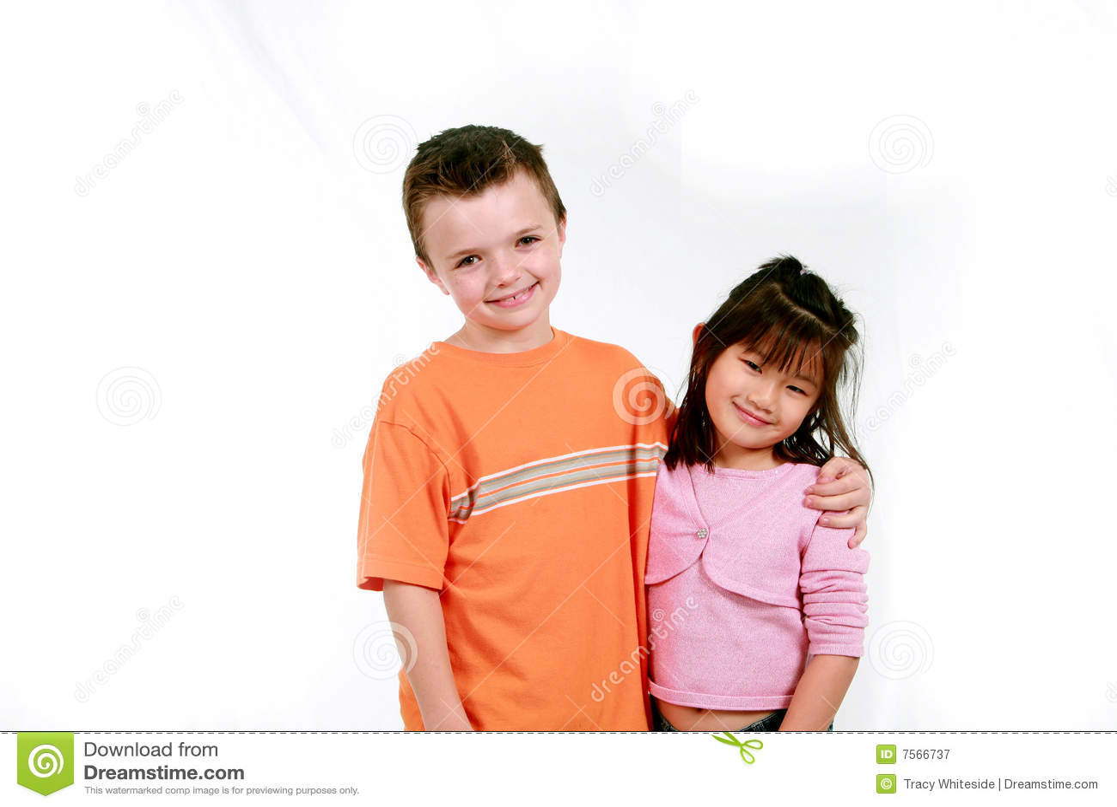 Muchacho caucásico y muchacha asiática