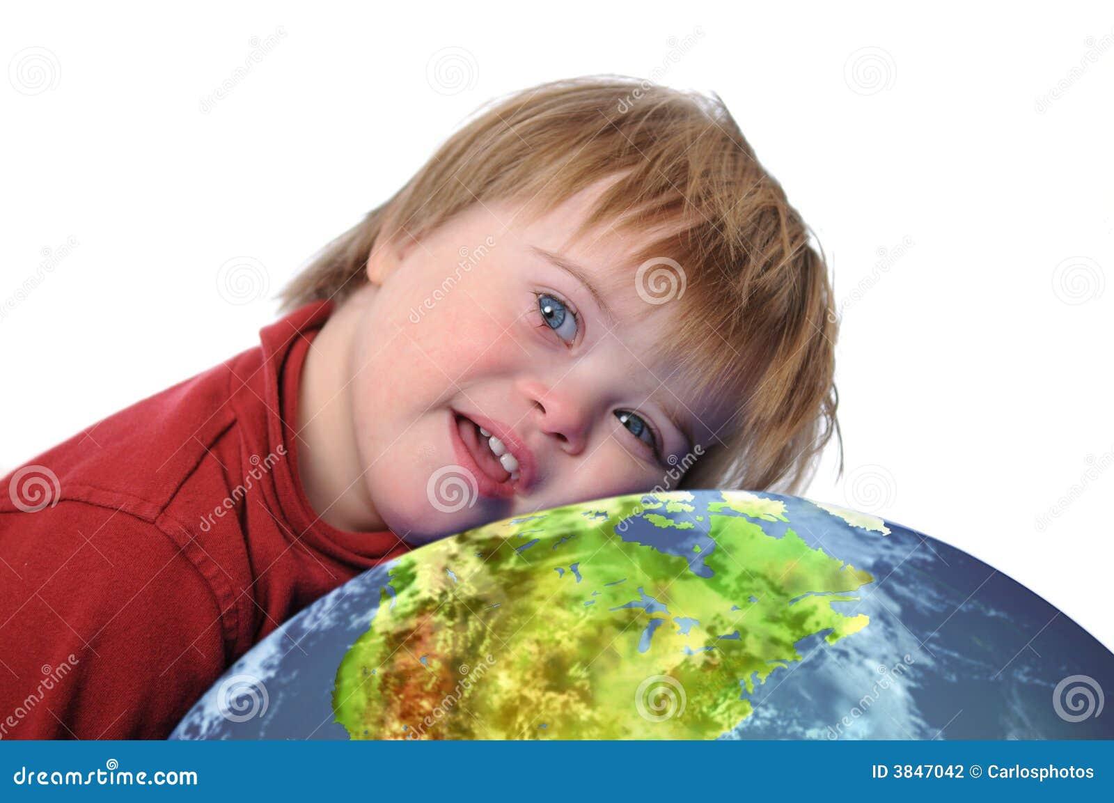Muchacho con Down Syndrome y tierra