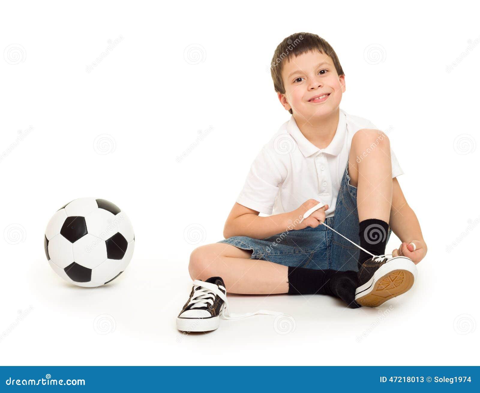 Muchacho con el balón de fútbol