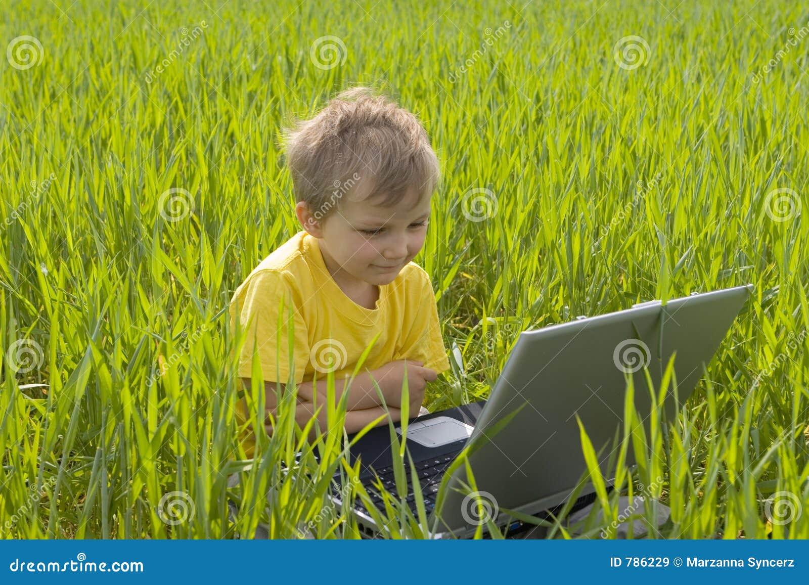 Muchacho con la computadora portátil