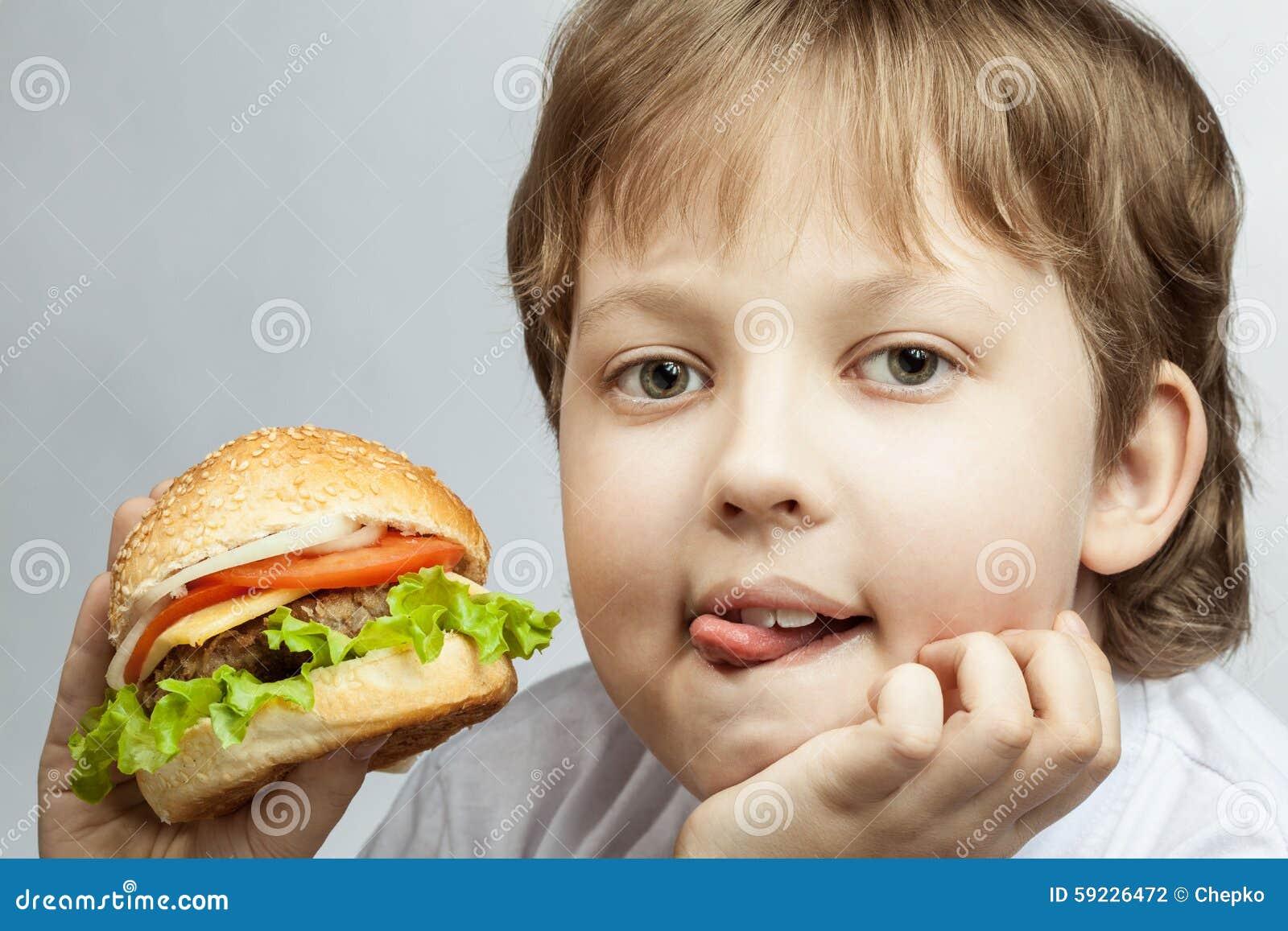 Muchacho con la hamburguesa
