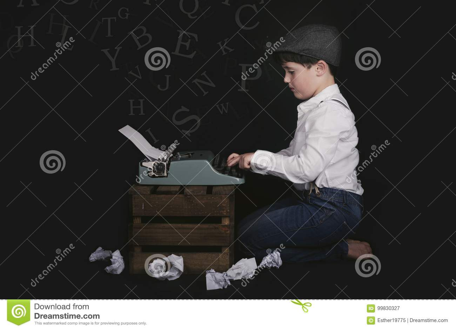 Muchacho con la máquina de escribir vieja