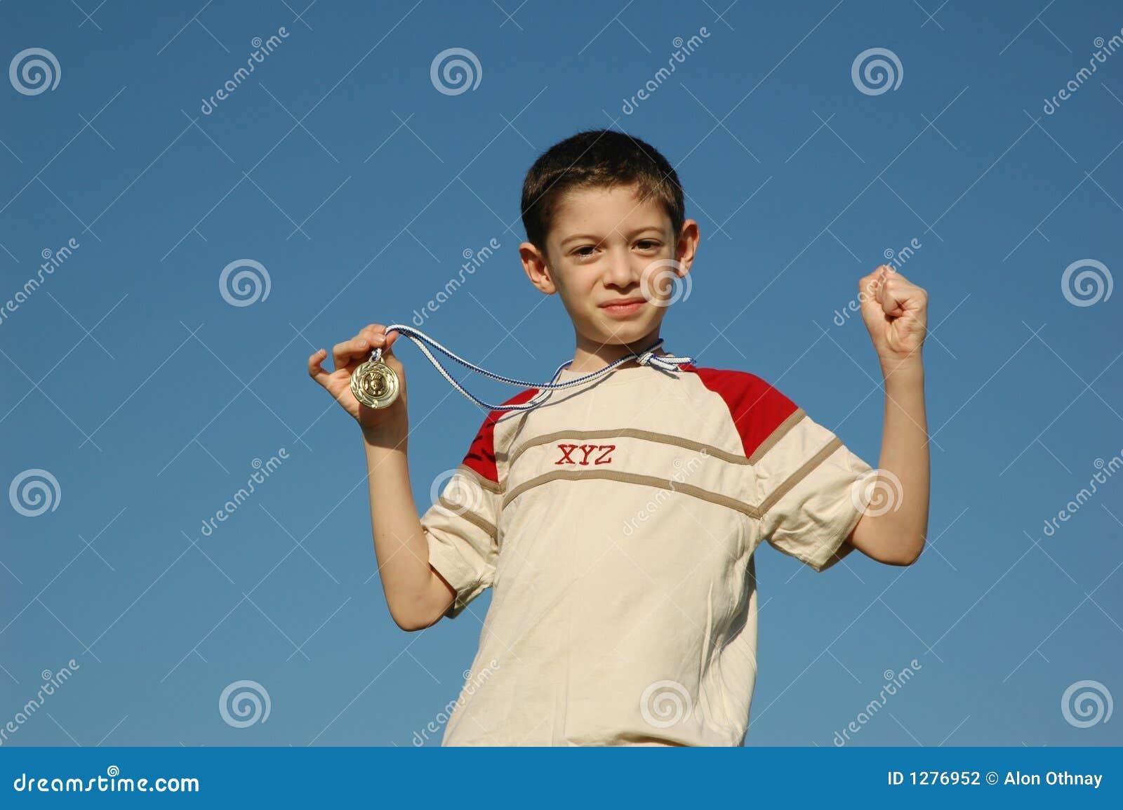 Muchacho con la medalla de oro