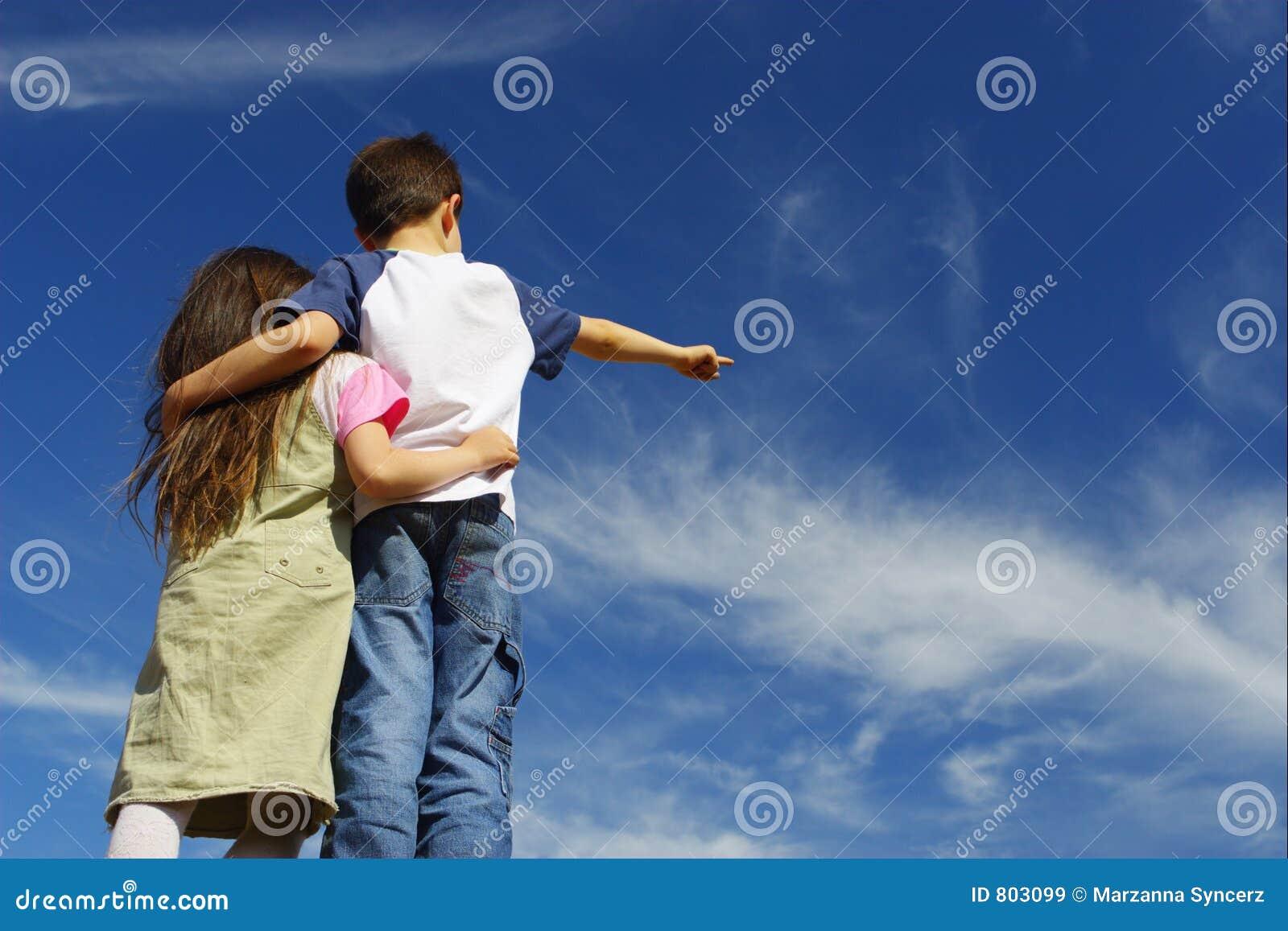 Muchacho con la muchacha en el cielo