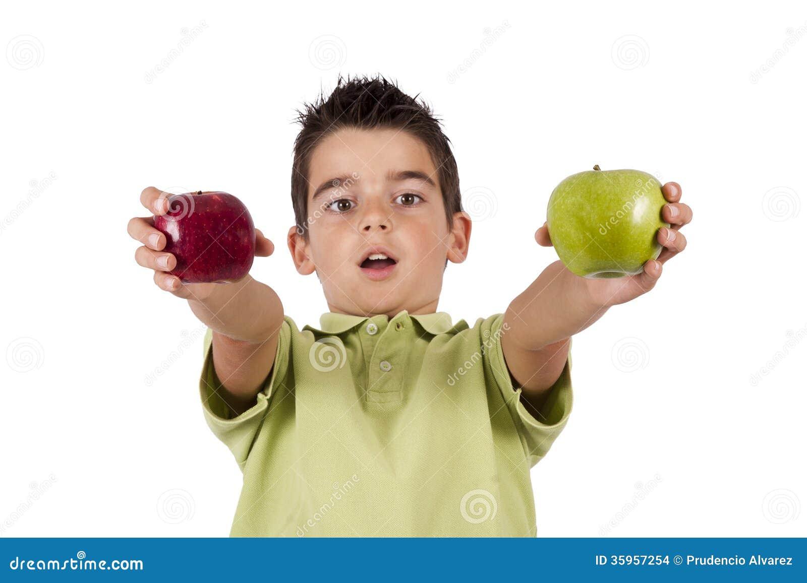 Muchacho con las manzanas