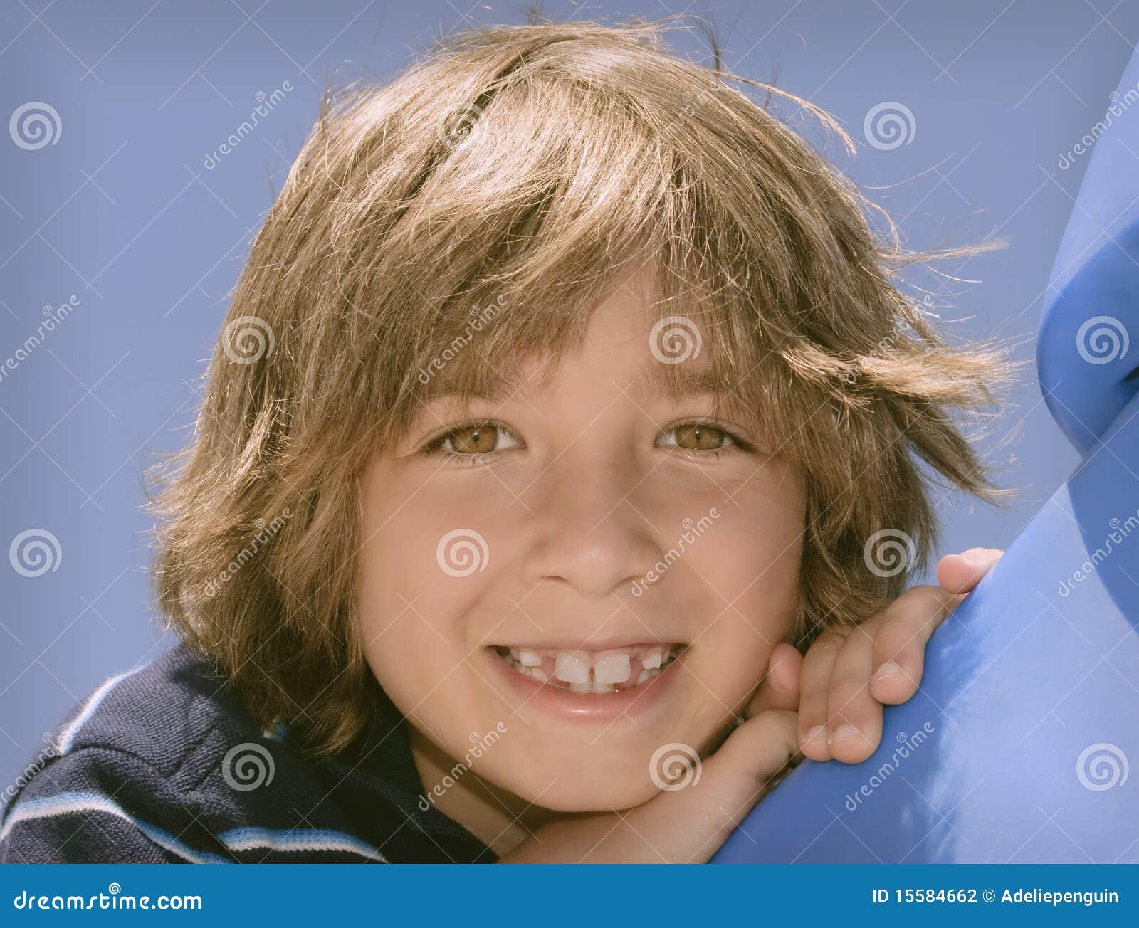 Muchacho con sonrisa grande