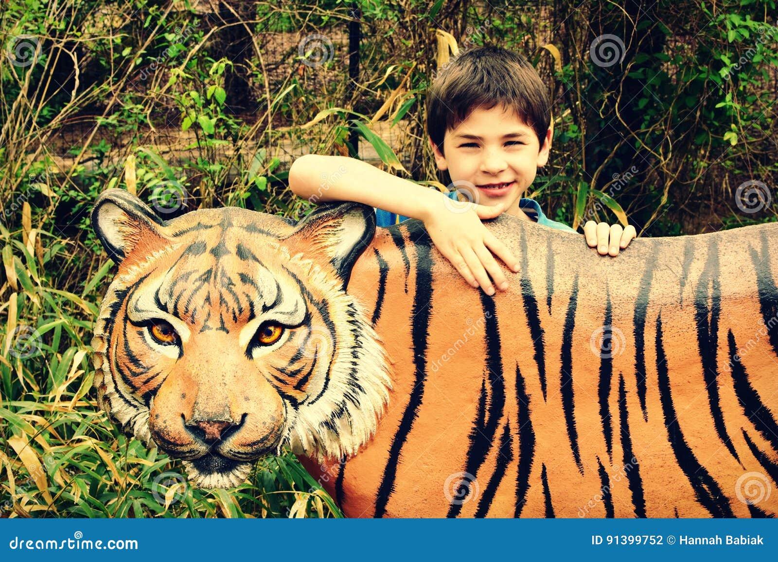 Muchacho con Tiger Statue