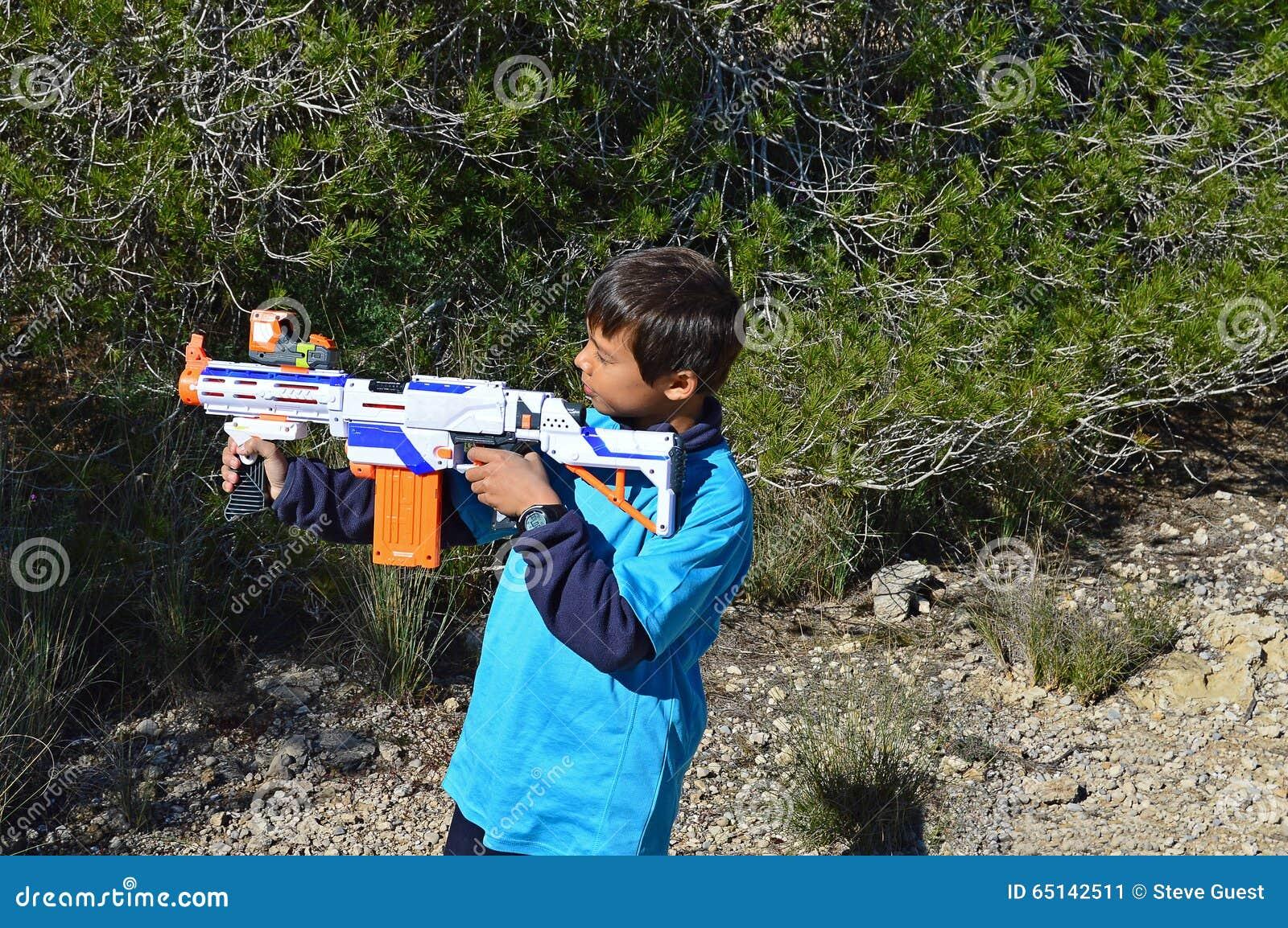 Muchacho con un rifle plástico