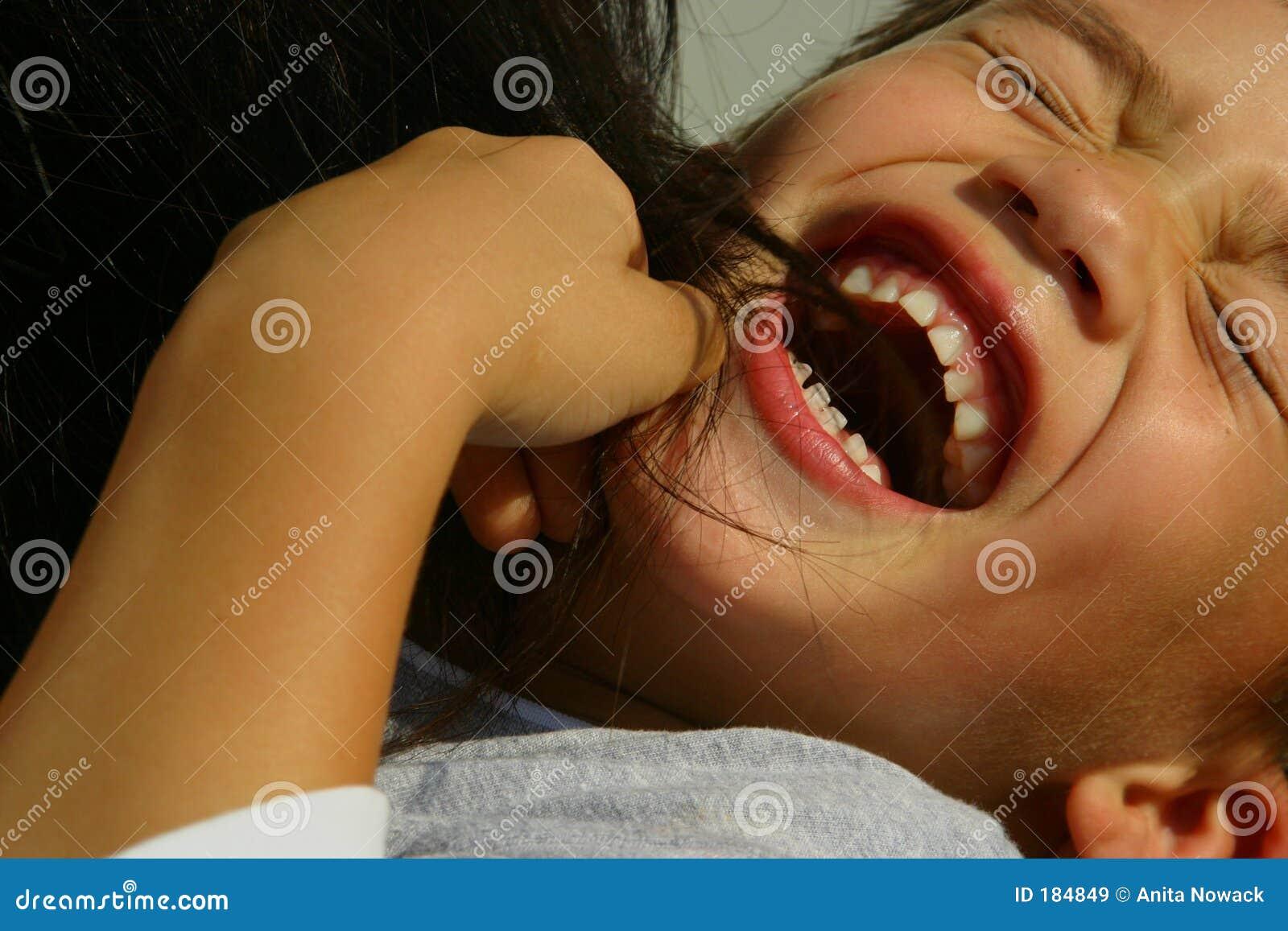 Muchacho cosquilleado de risa