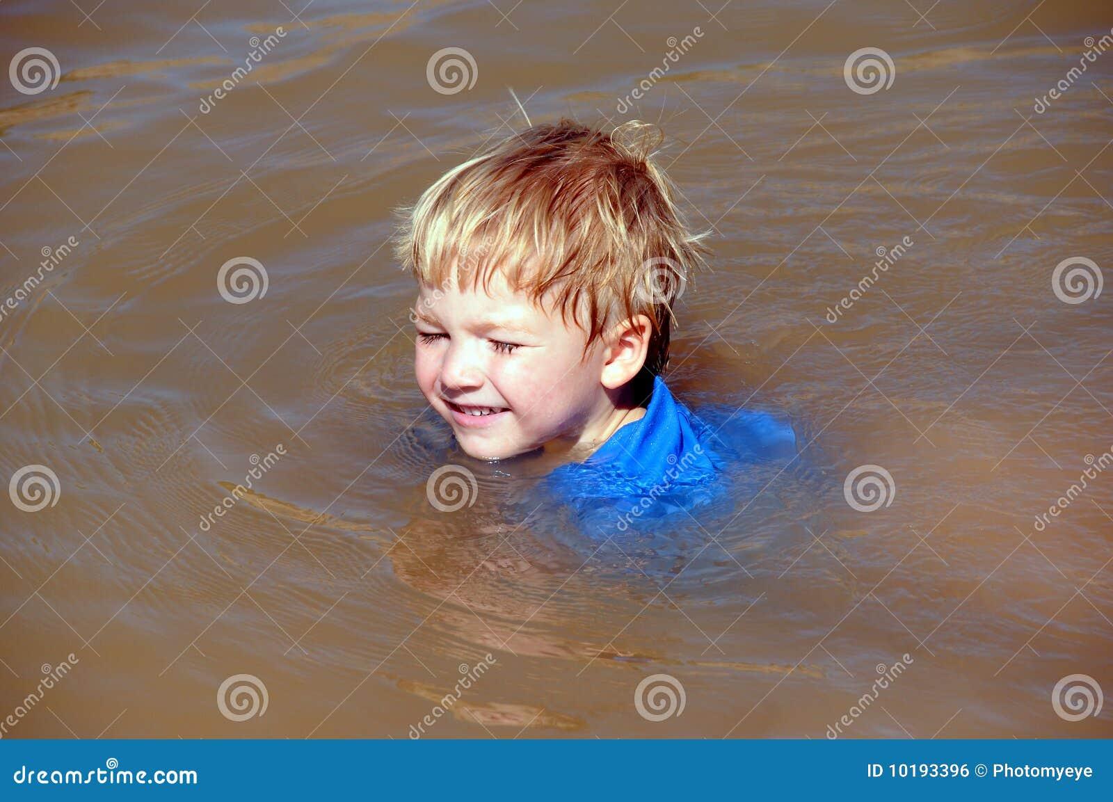 Muchacho de la natación
