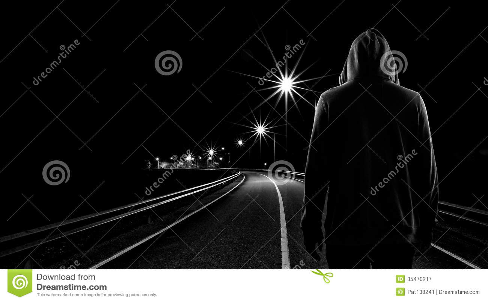 Muchacho del adolescente que se coloca solamente en la calle en la noche