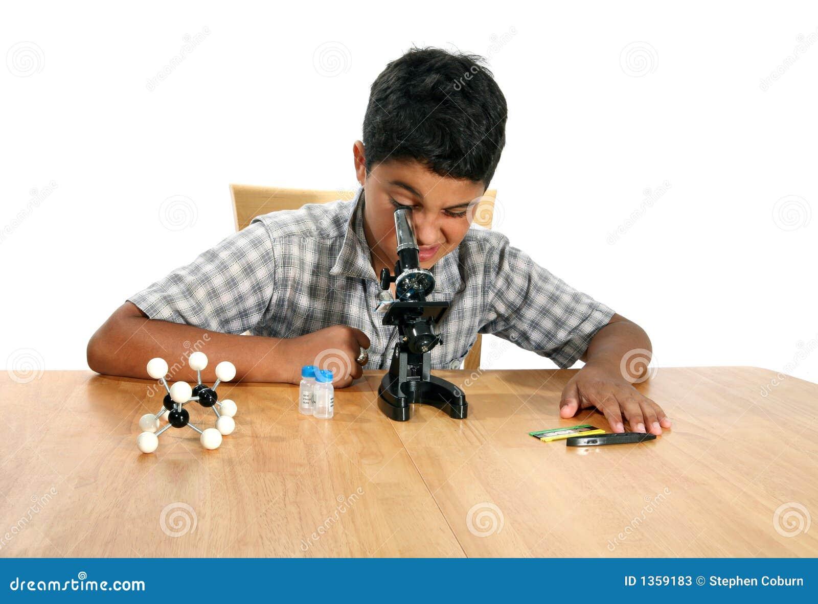 Muchacho del microscopio
