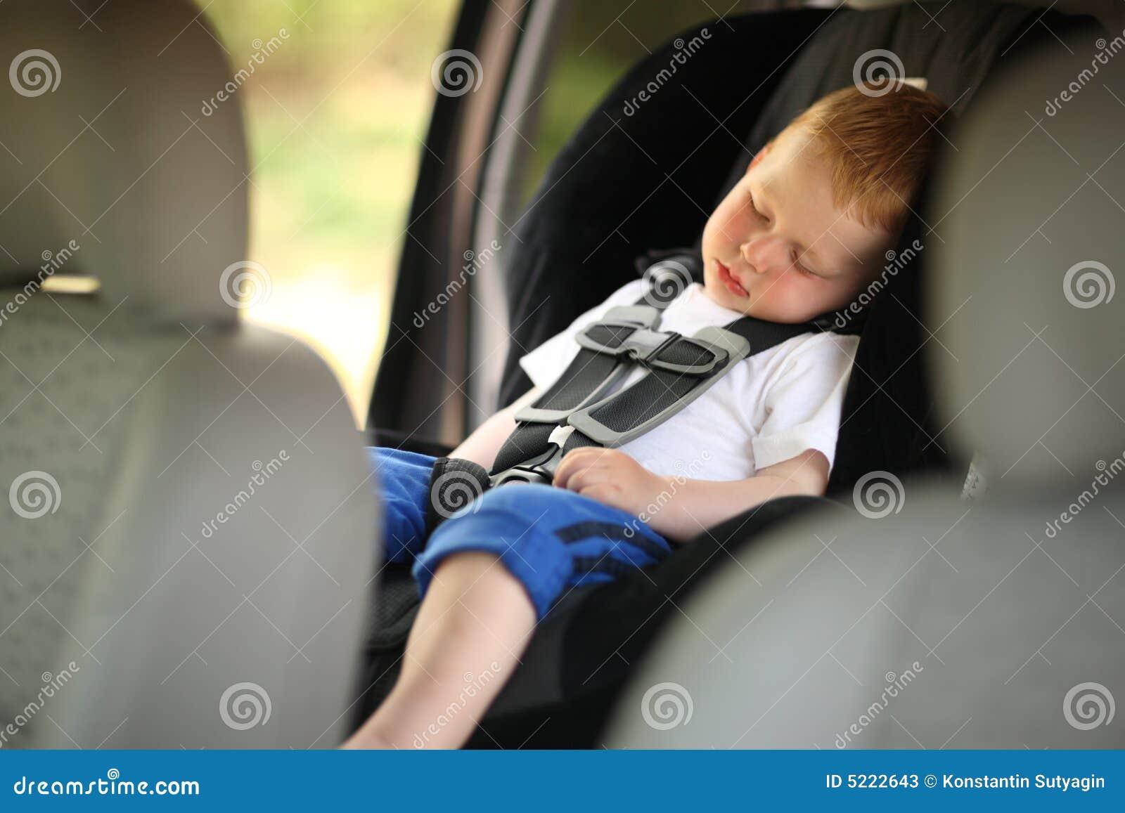Muchacho en asiento de coche de niño