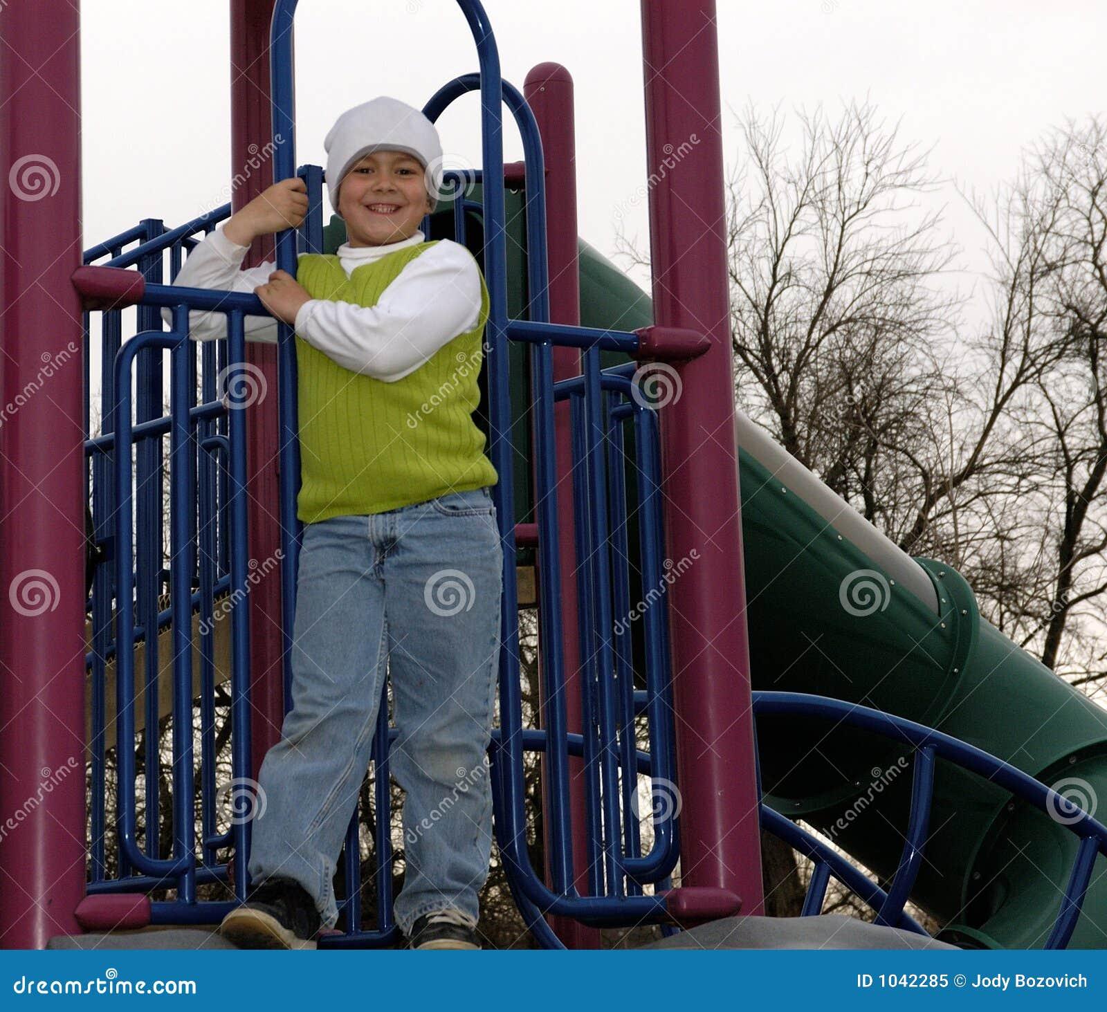 Muchacho en el parque con el sombrero blanco del calcetín